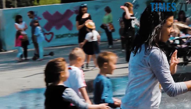 7 - Ми були праві: діти зробили з фонтану на Михайлівській душову (відео)