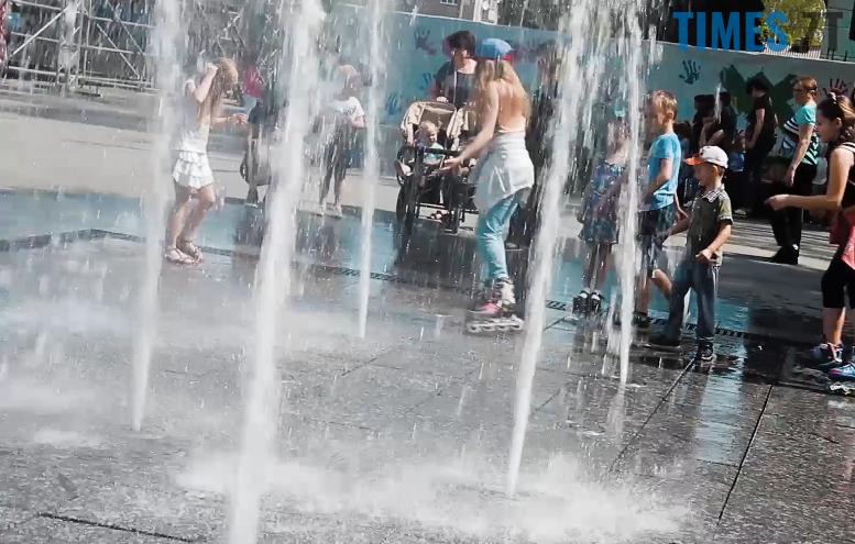 9 - Ми були праві: діти зробили з фонтану на Михайлівській душову (відео)