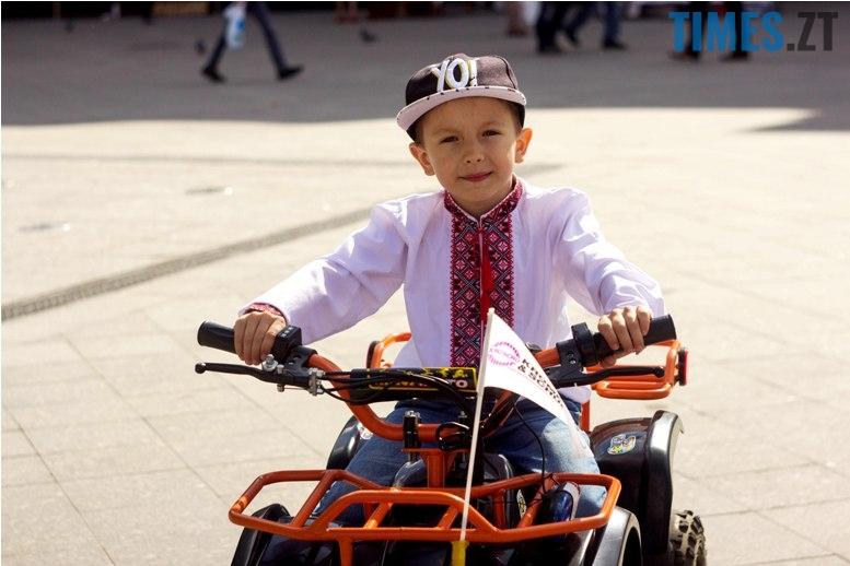 IMG 6041 - Десятки тисяч дорослих і дітей вийшли на вулиці Житомира у вишиванках