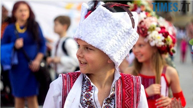 IMG 6081 - Десятки тисяч дорослих і дітей вийшли на вулиці Житомира у вишиванках