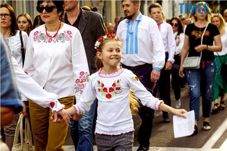 IMG 6125 - Десятки тисяч дорослих і дітей вийшли на вулиці Житомира у вишиванках