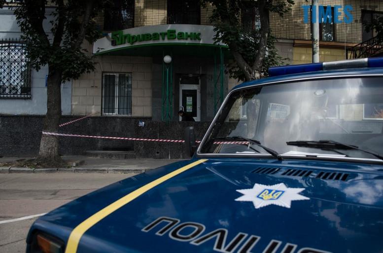 """2018 07 12 153715 - З """"Приватбанку"""" у Житомирі поліція винесла підозрілий пакунок (фото)"""