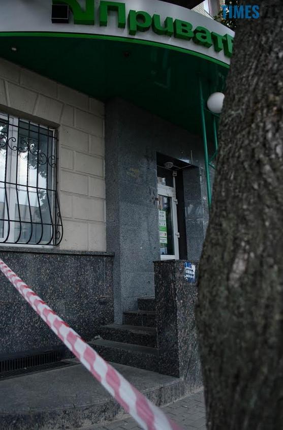 """2018 07 12 153745 - З """"Приватбанку"""" у Житомирі поліція винесла підозрілий пакунок (фото)"""