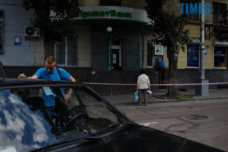 """2018 07 12 153810 - З """"Приватбанку"""" у Житомирі поліція винесла підозрілий пакунок (фото)"""