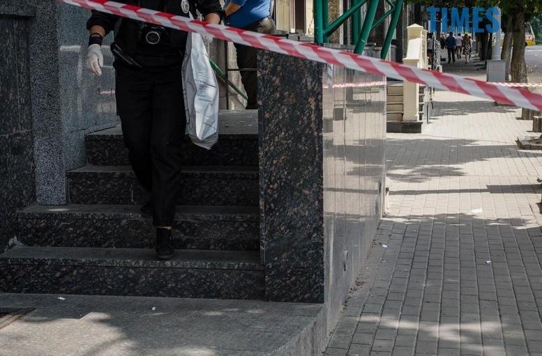 """2018 07 12 153926 - З """"Приватбанку"""" у Житомирі поліція винесла підозрілий пакунок (фото)"""