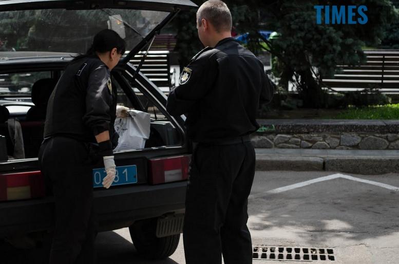 """2018 07 12 153953 - З """"Приватбанку"""" у Житомирі поліція винесла підозрілий пакунок (фото)"""