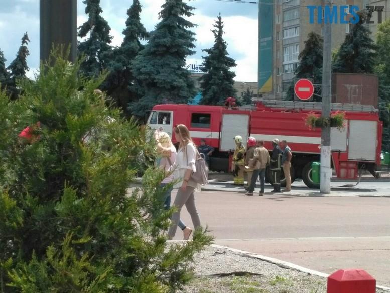 """privat1 - З """"Приватбанку"""" у Житомирі поліція винесла підозрілий пакунок (фото)"""