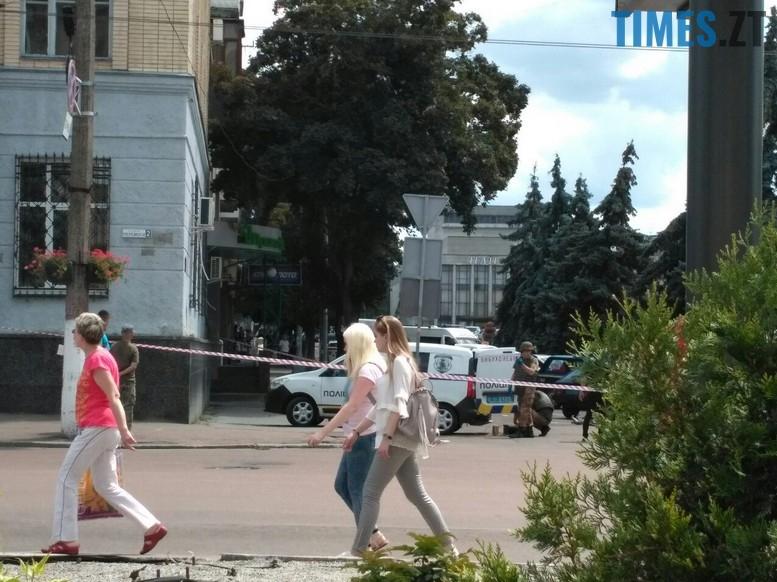 """privat2 - З """"Приватбанку"""" у Житомирі поліція винесла підозрілий пакунок (фото)"""