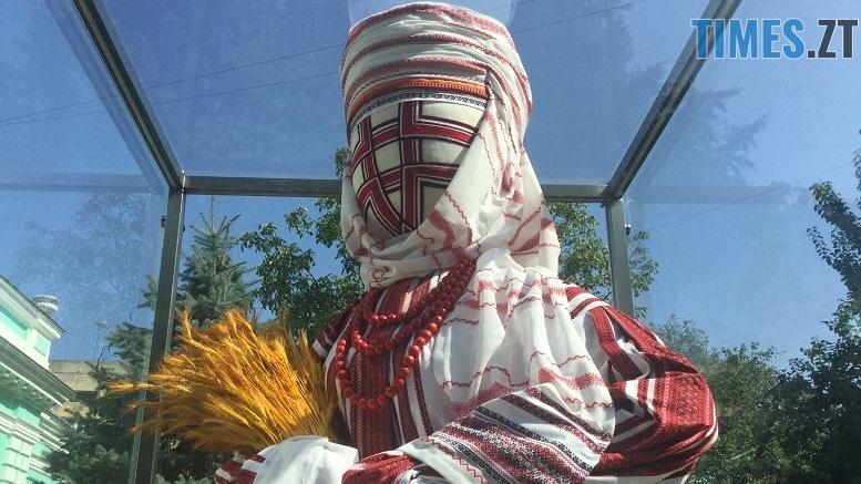 .jpg - До Дня незалежності у Житомирі «переодяглася» лялька-мотанка (ФОТО)