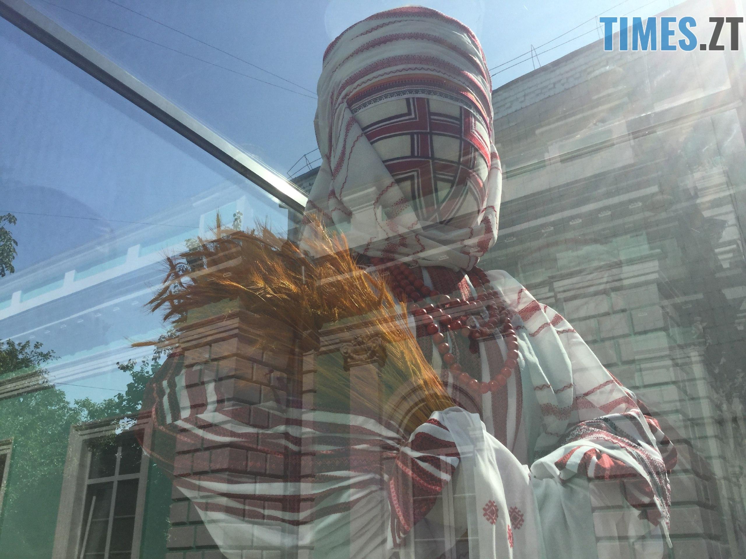 257047da 7bb4 4a43 b874 3cbb14247126 - До Дня незалежності у Житомирі «переодяглася» лялька-мотанка (ФОТО)