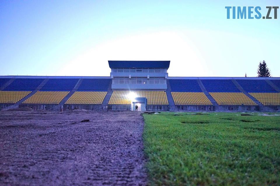 39930055 1991607204223025 5985247174215073792 n - За два тижні на стадіоні «Полісся» завершать укладати газон (ФОТО)