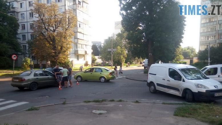 57 17 - У Житомирі зіткнулися три автомобілі: водійка Lanos отримала струс мозку (ФОТО)