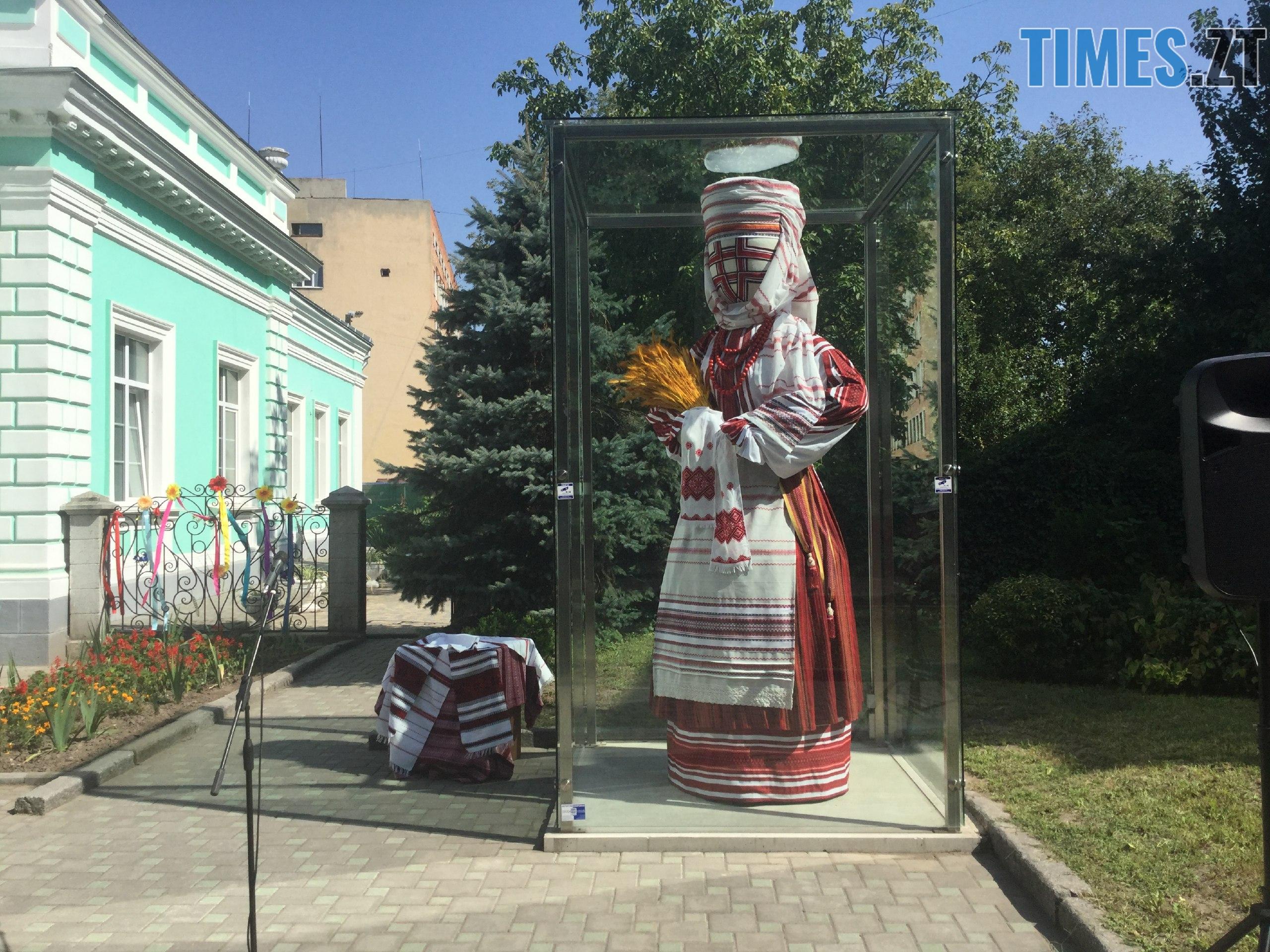 68ba174c 9405 4b15 8991 272fac2ec56b - До Дня незалежності у Житомирі «переодяглася» лялька-мотанка (ФОТО)