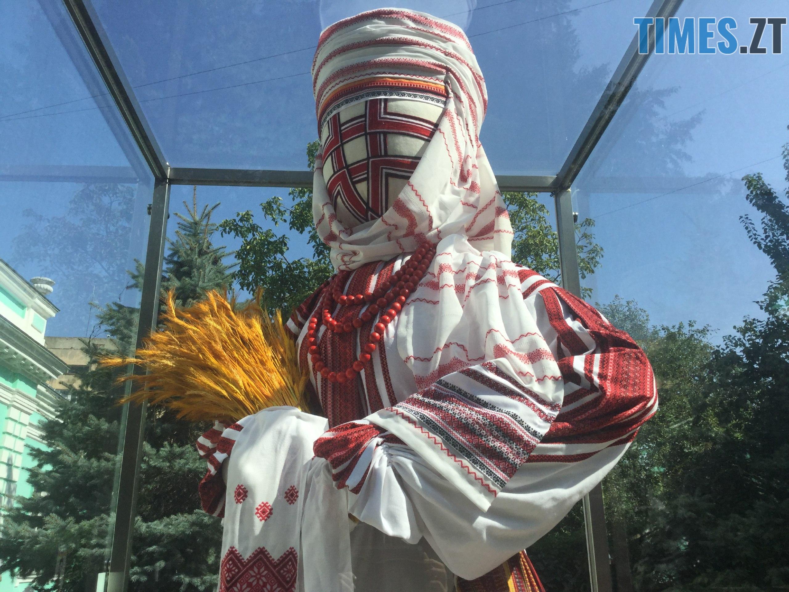 99dca204 6dc9 460f ae07 6368ba5cbff6 - До Дня незалежності у Житомирі «переодяглася» лялька-мотанка (ФОТО)