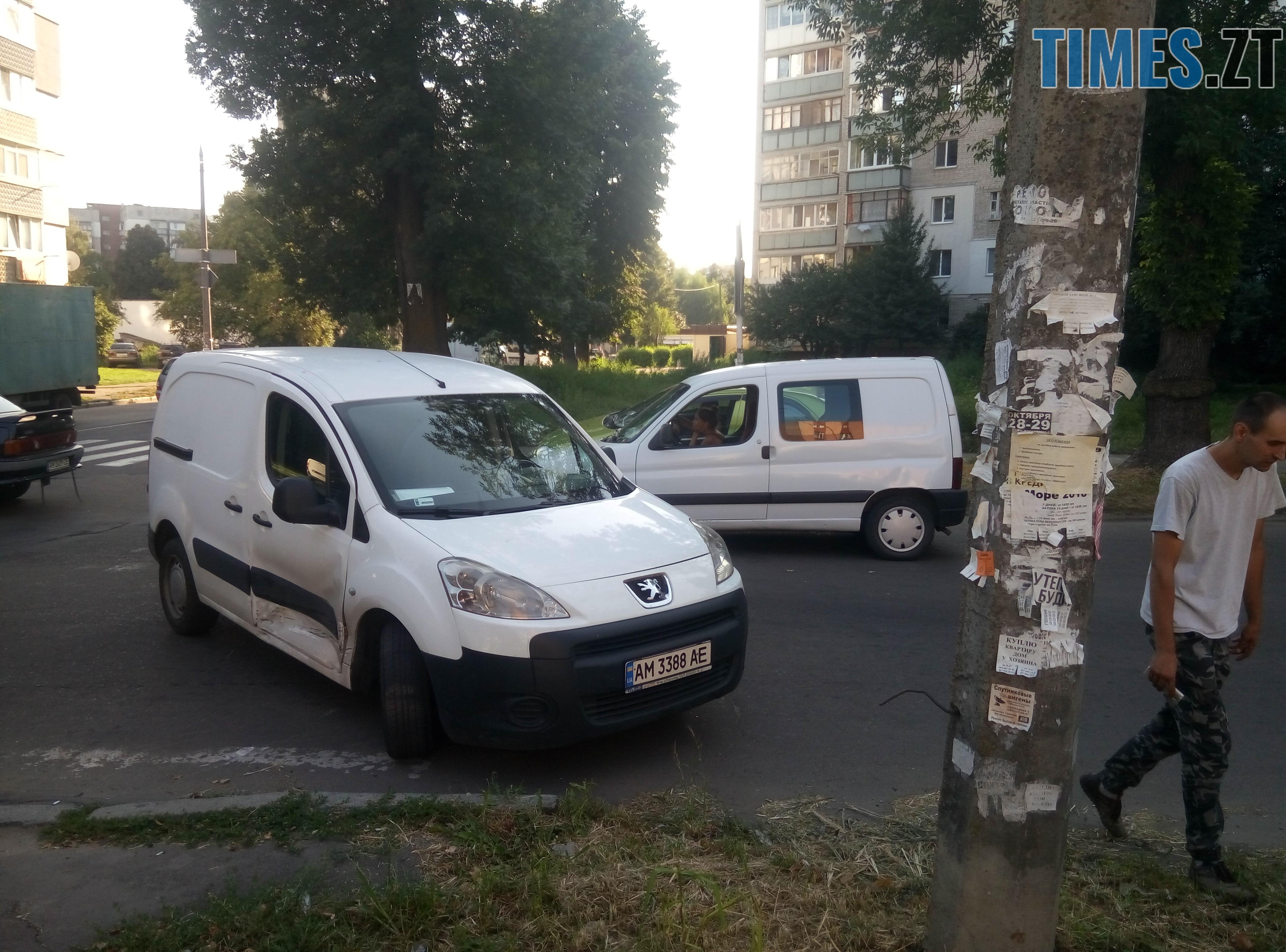 P80814 174903 - У Житомирі зіткнулися три автомобілі: водійка Lanos отримала струс мозку (ФОТО)