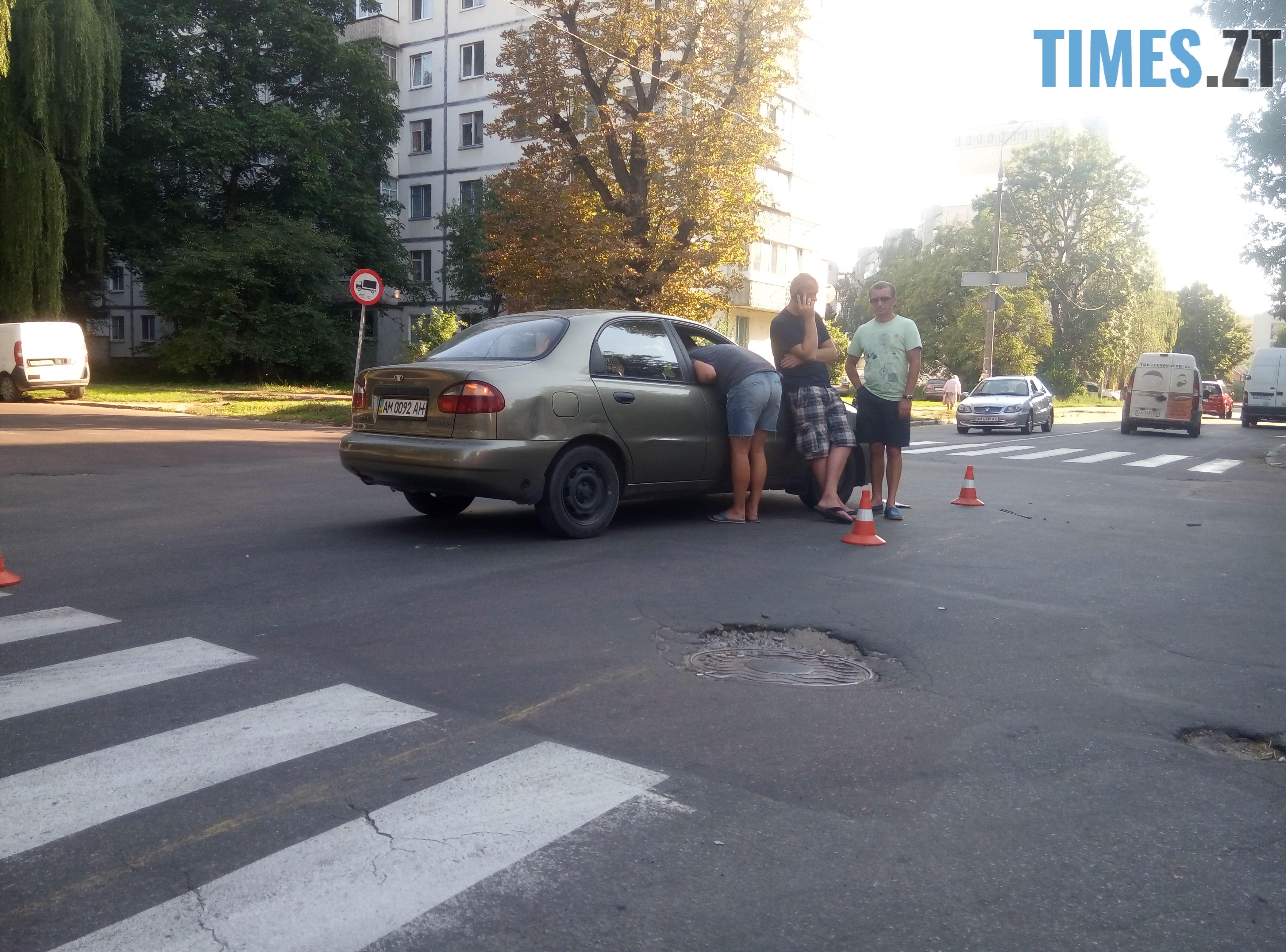 P80814 174944 - У Житомирі зіткнулися три автомобілі: водійка Lanos отримала струс мозку (ФОТО)