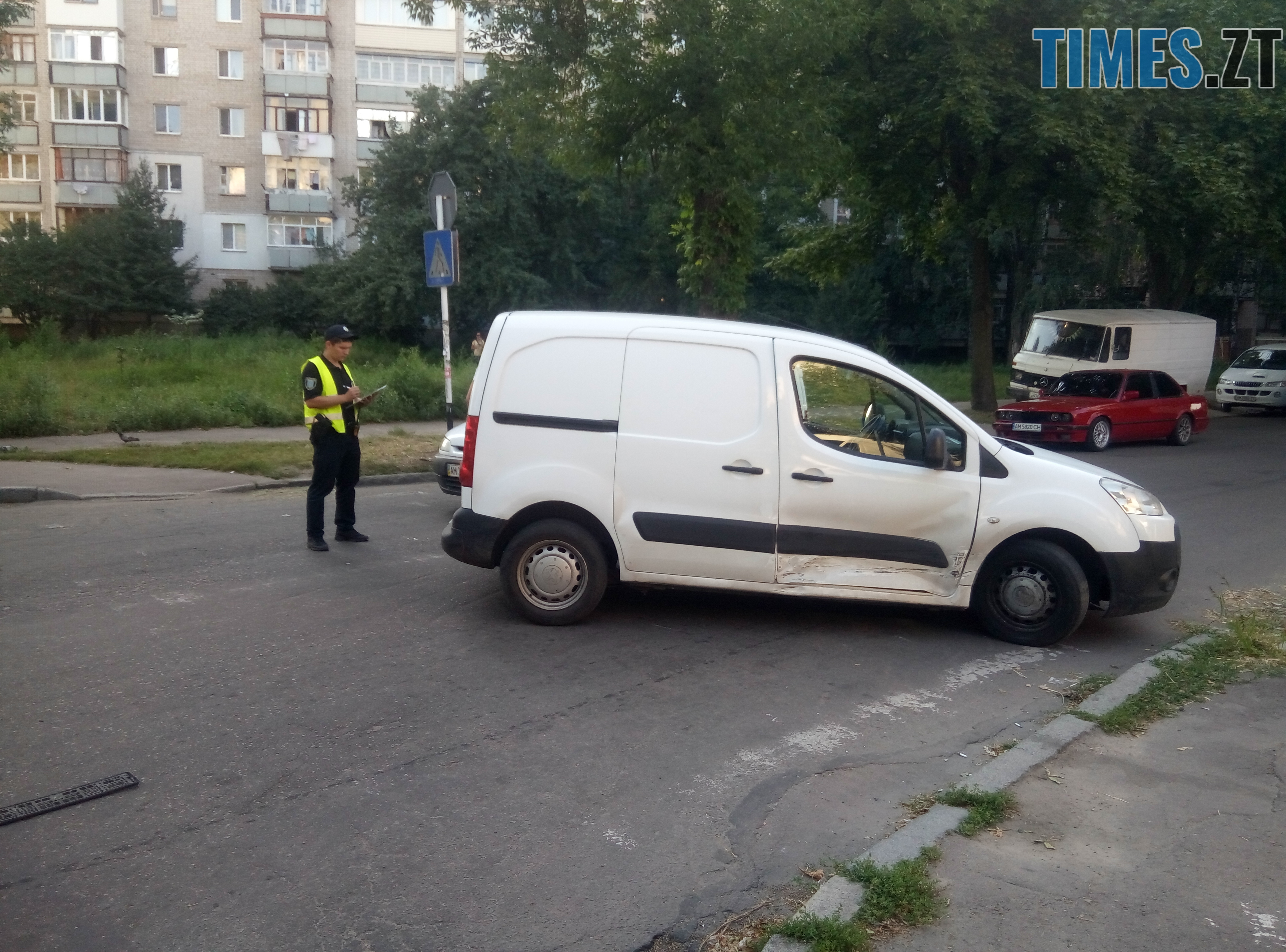 P80814 174950 - У Житомирі зіткнулися три автомобілі: водійка Lanos отримала струс мозку (ФОТО)