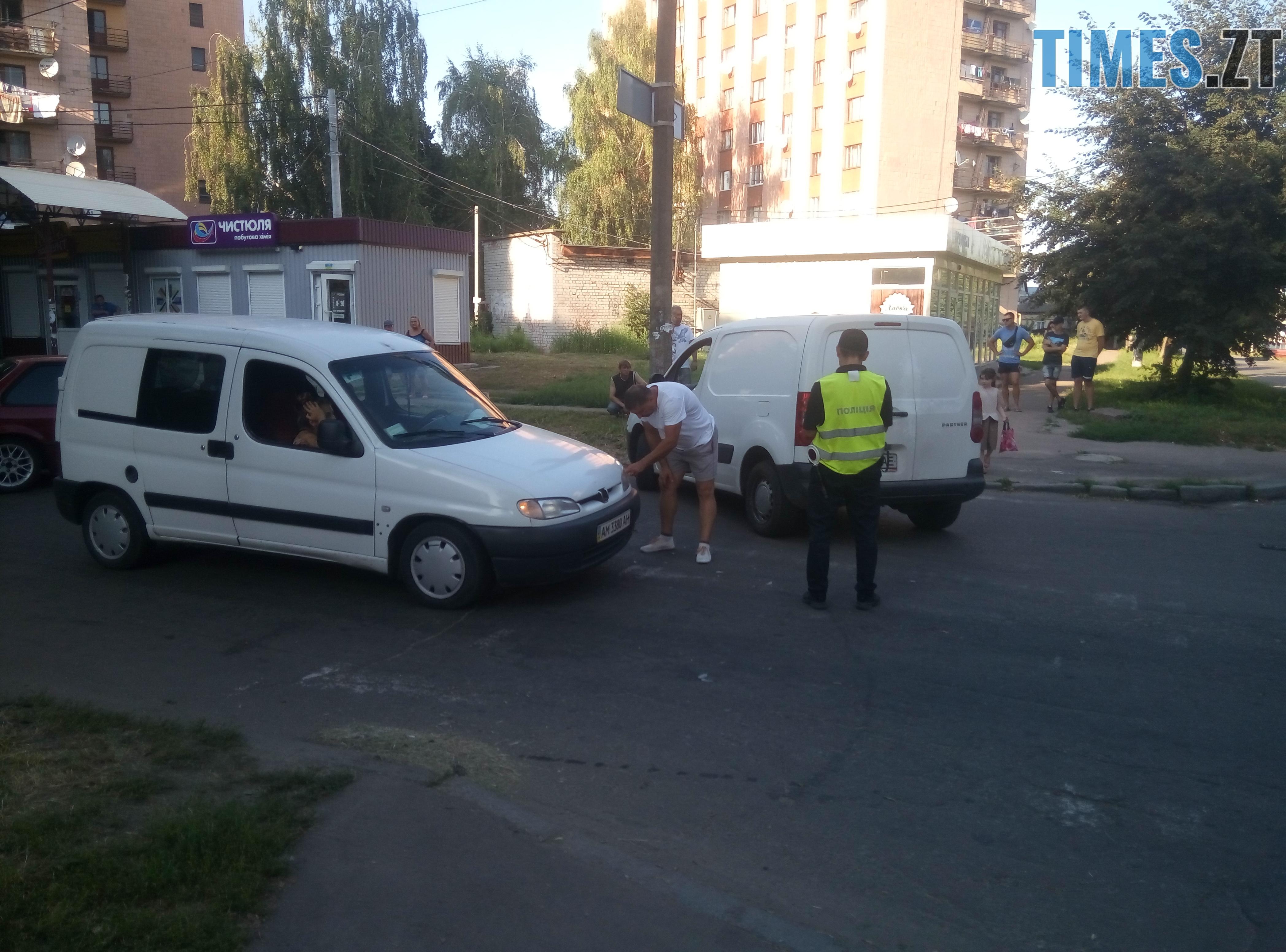 P80814 175006 - У Житомирі зіткнулися три автомобілі: водійка Lanos отримала струс мозку (ФОТО)