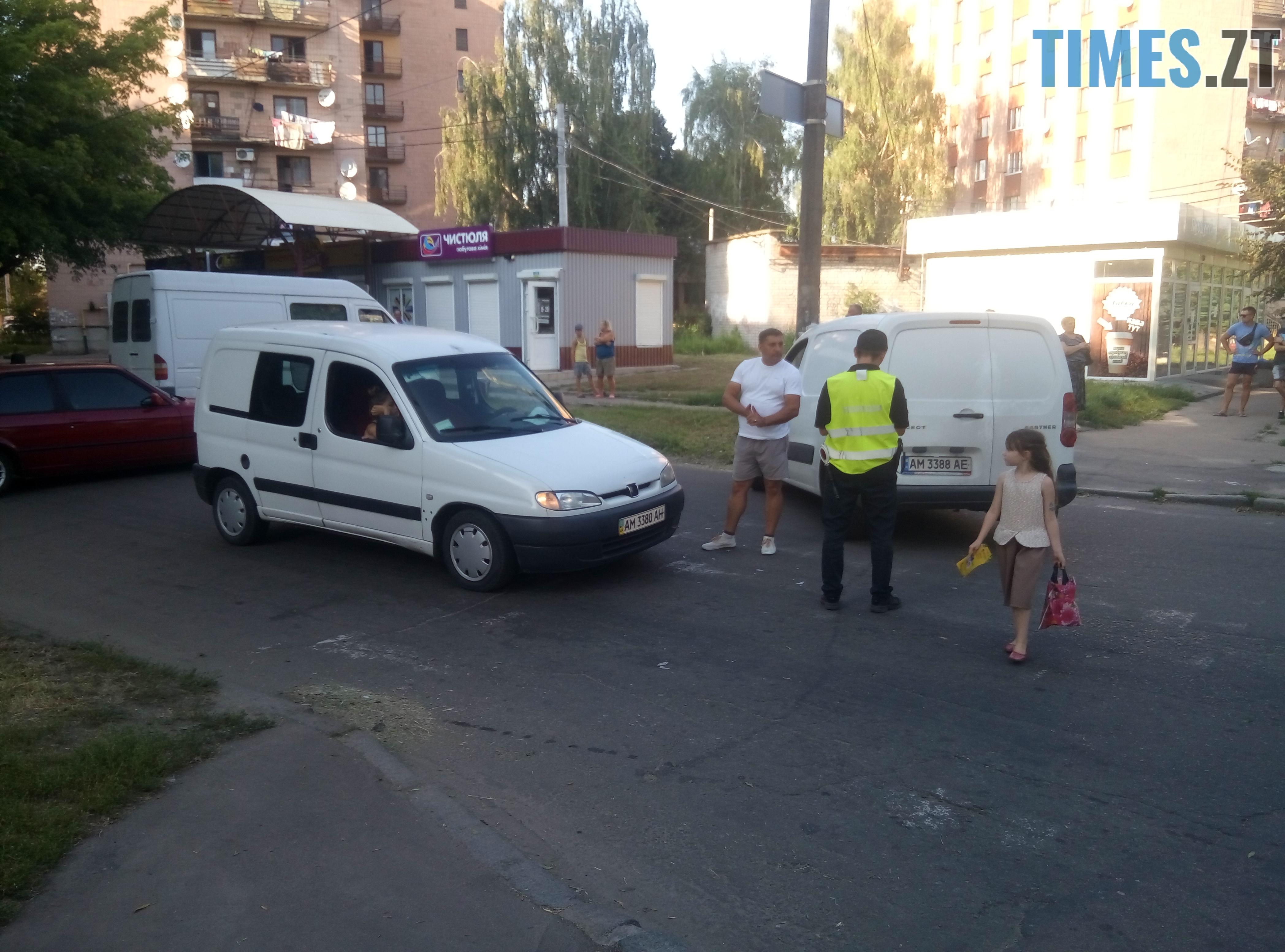 P80814 175013 - У Житомирі зіткнулися три автомобілі: водійка Lanos отримала струс мозку (ФОТО)