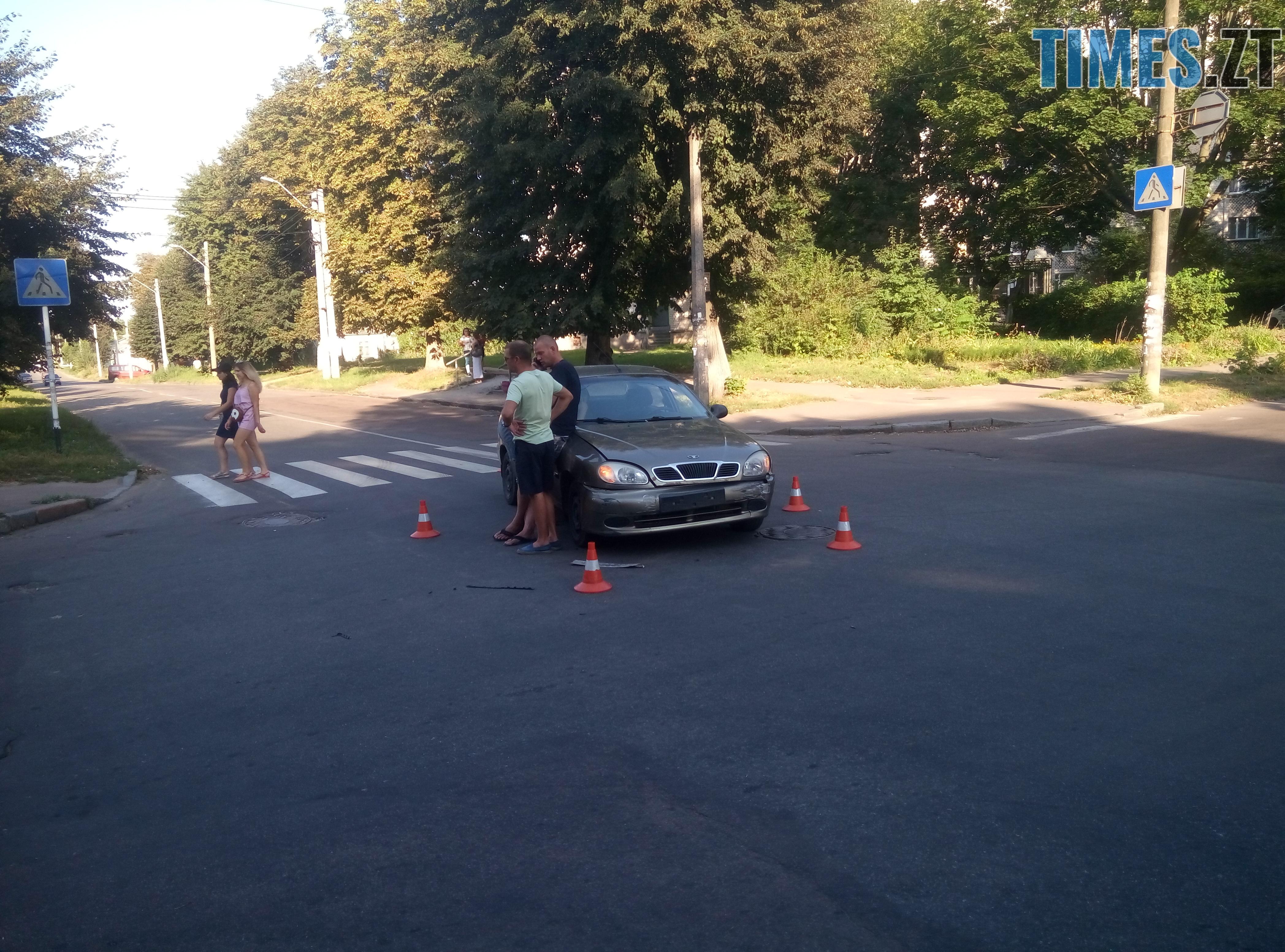 P80814 175024 - У Житомирі зіткнулися три автомобілі: водійка Lanos отримала струс мозку (ФОТО)