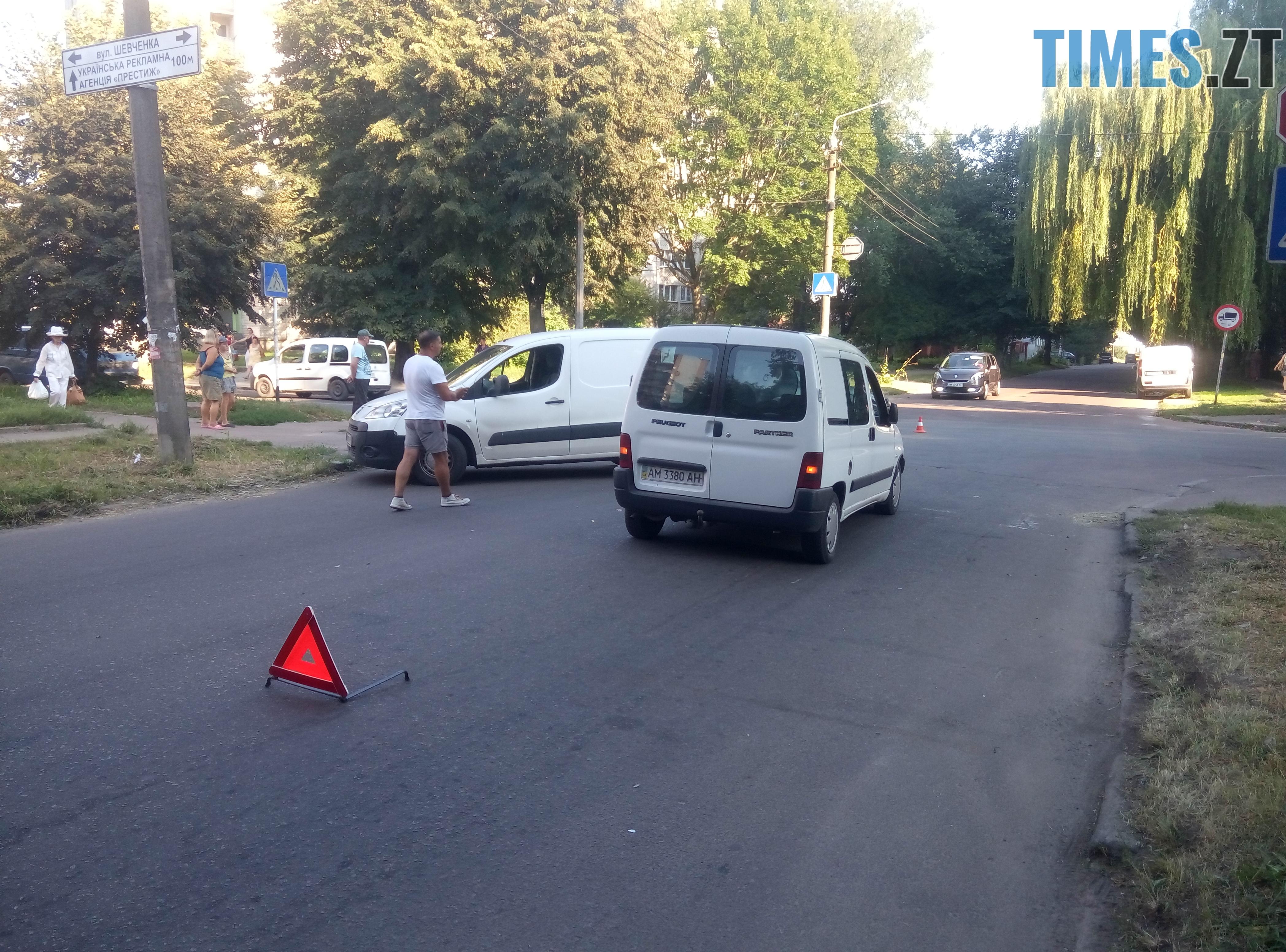 P80814 175546 - У Житомирі зіткнулися три автомобілі: водійка Lanos отримала струс мозку (ФОТО)