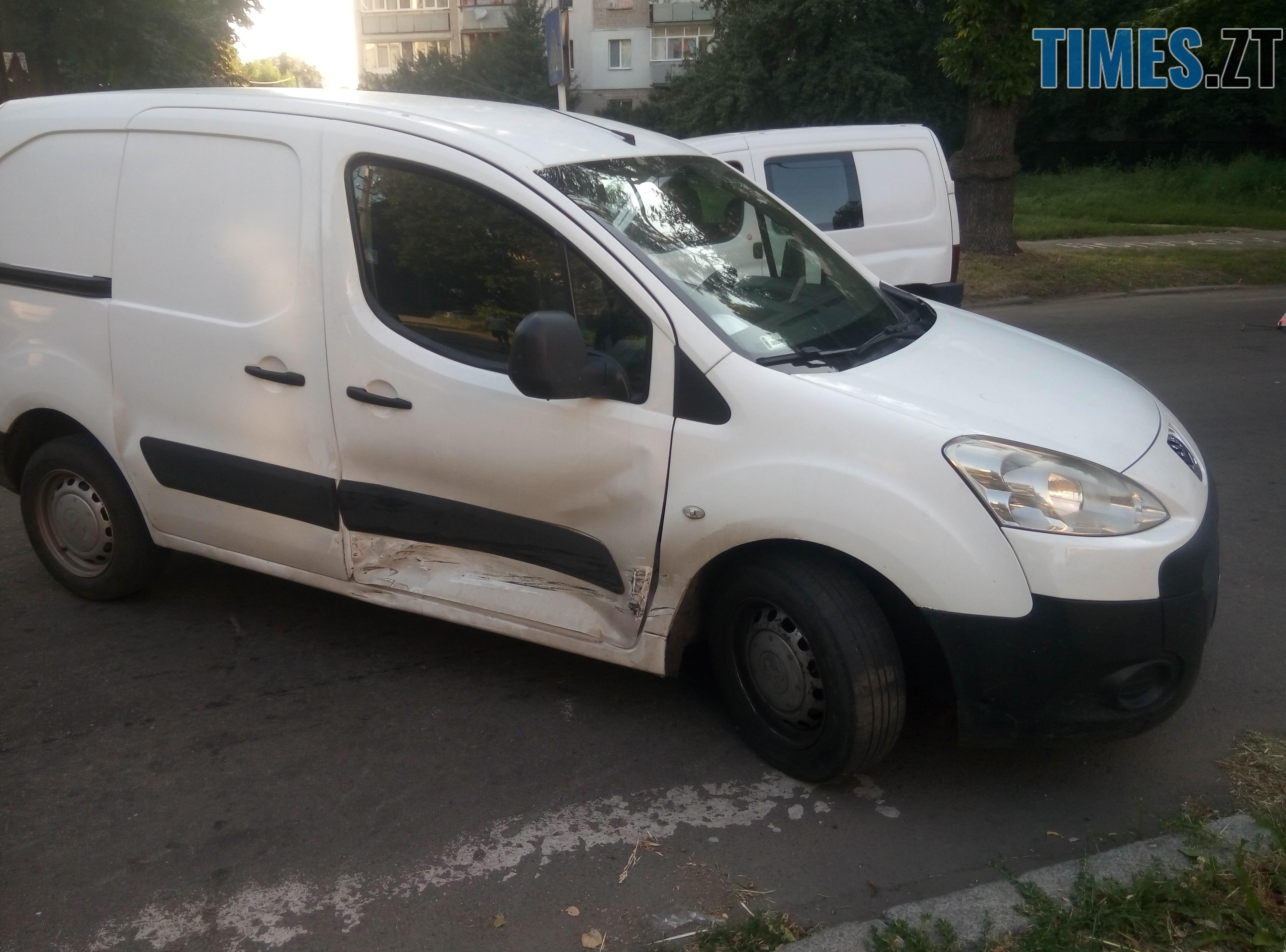 P80814 175612 - У Житомирі зіткнулися три автомобілі: водійка Lanos отримала струс мозку (ФОТО)
