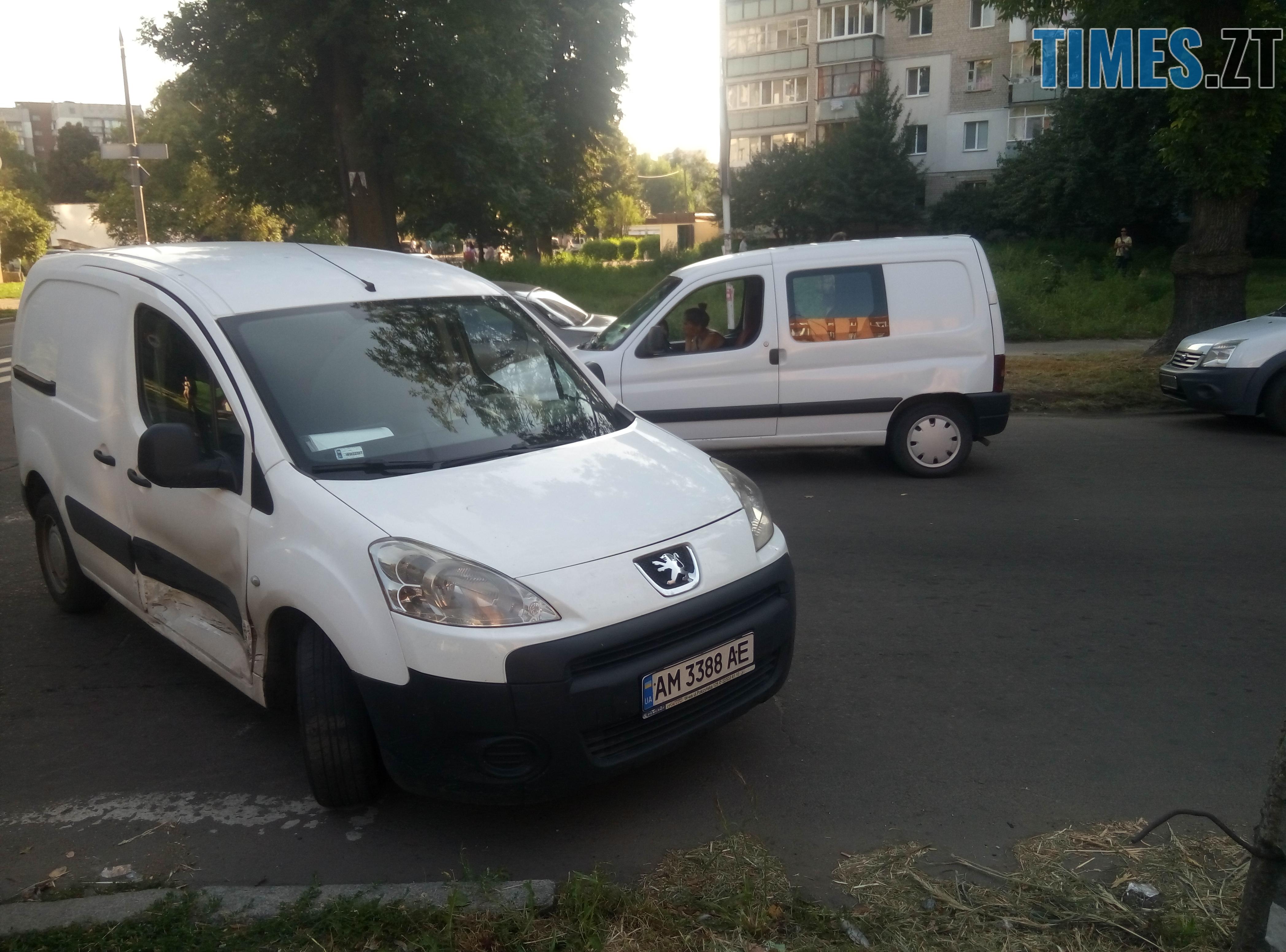 P80814 175619 - У Житомирі зіткнулися три автомобілі: водійка Lanos отримала струс мозку (ФОТО)
