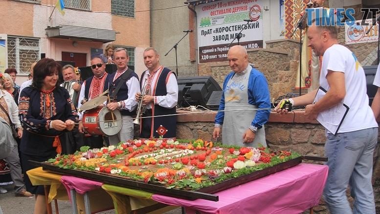 Деруна - Десятий фестиваль дерунів: насмажили чимало, показали найбільшого в країні і побили ним всі рекорди (ФОТОРЕПОРТАЖ)