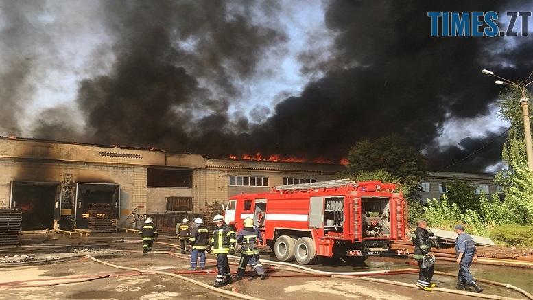 .jpg - Вогонь перекинувся на адмінбудівлю Картонного комбінату: пожежу гасять 11 автомобілів та 63 пожежники (ФОТО, ВІДЕО)