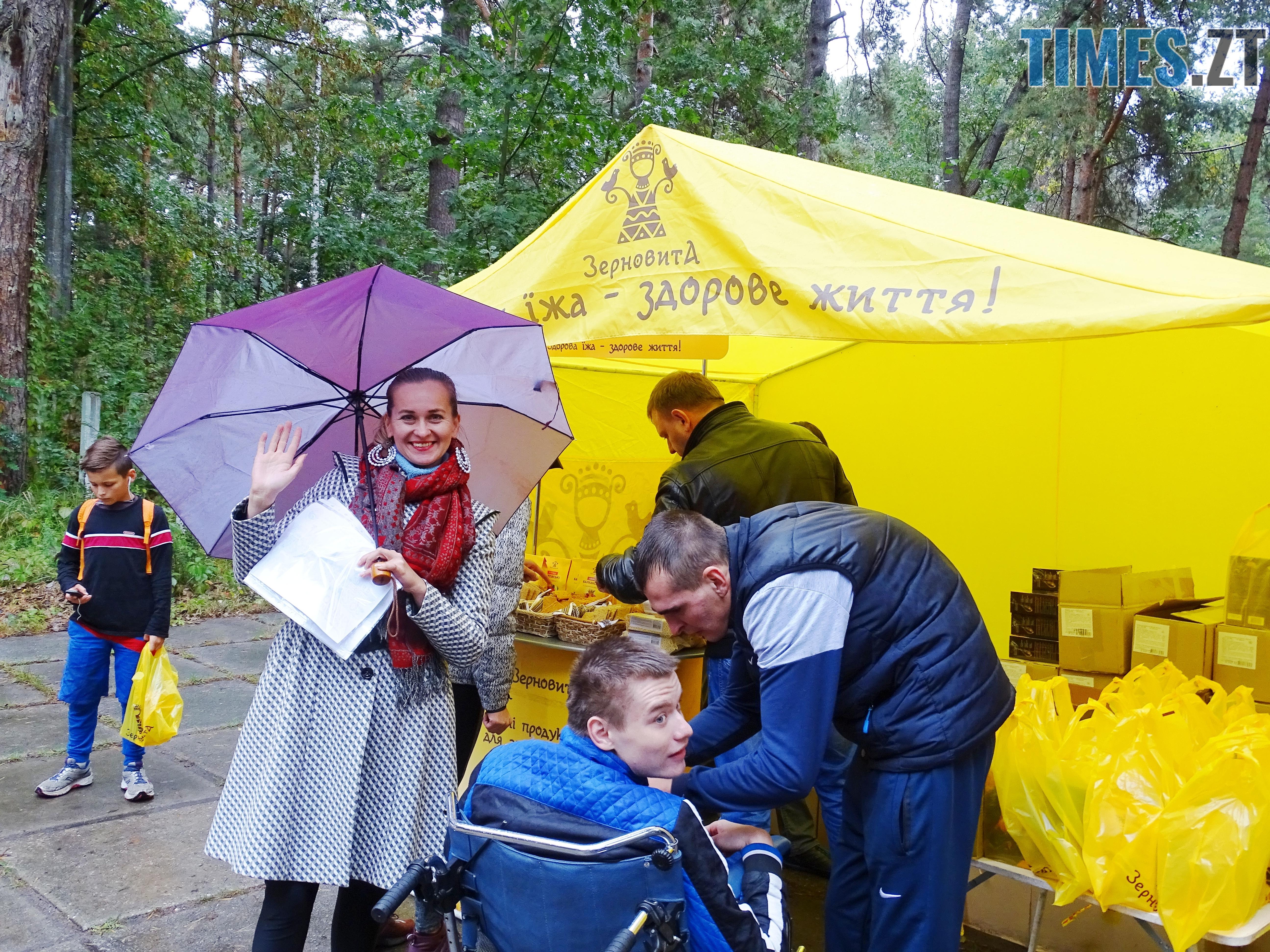 10 км брав участь відважний візочник і його друг - У Житомирі відбулися змагання з кросу «Поліська осінь – 2018» (ФОТО)