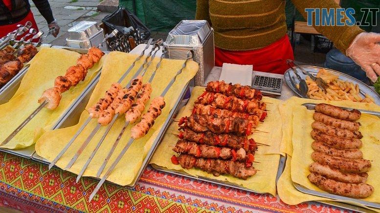 1 777x437 - Святковий фальстарт у п'ятницю: вулична їжа вже є – а клієнтів ще нема (ФОТОРЕПОРТАЖ)