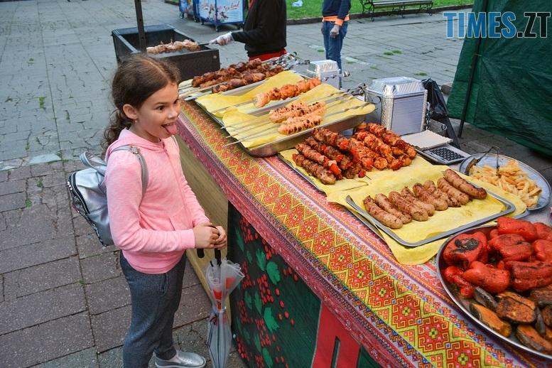 5 1 - Святковий фальстарт у п'ятницю: вулична їжа вже є – а клієнтів ще нема (ФОТОРЕПОРТАЖ)