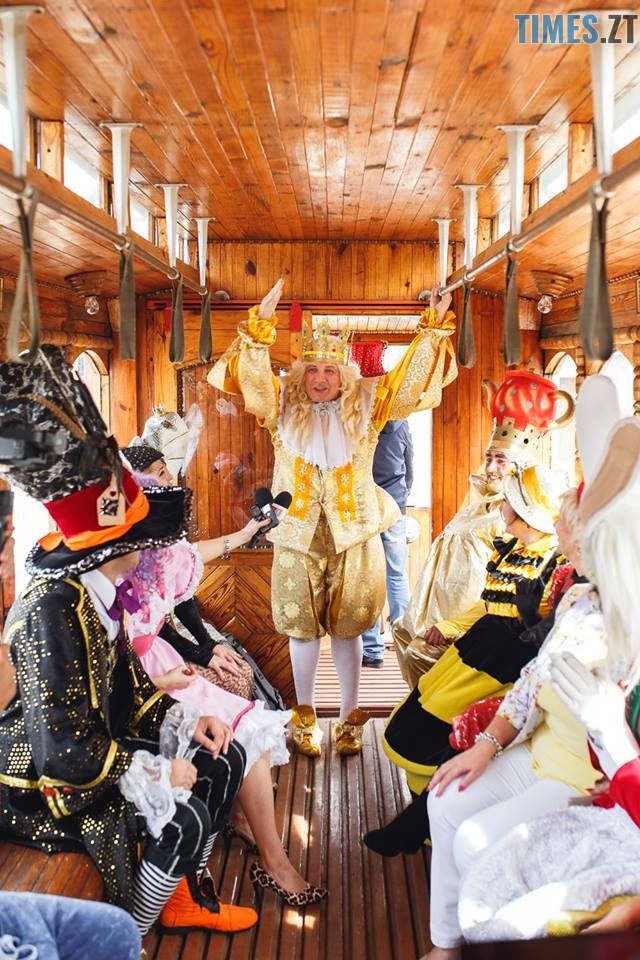 42195015 1045863202261961 1849225034313236480 n - У Житомирі дитячий театральний сезон почали у ретро-трамваї та продовжать на морському дні (ФОТО)