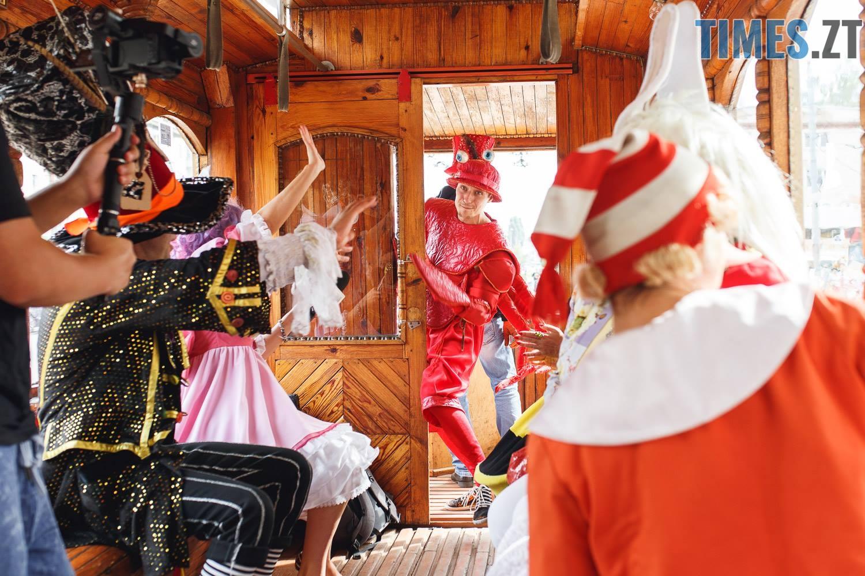 42202767 1045863008928647 7102778315806605312 o - У Житомирі дитячий театральний сезон почали у ретро-трамваї та продовжать на морському дні (ФОТО)