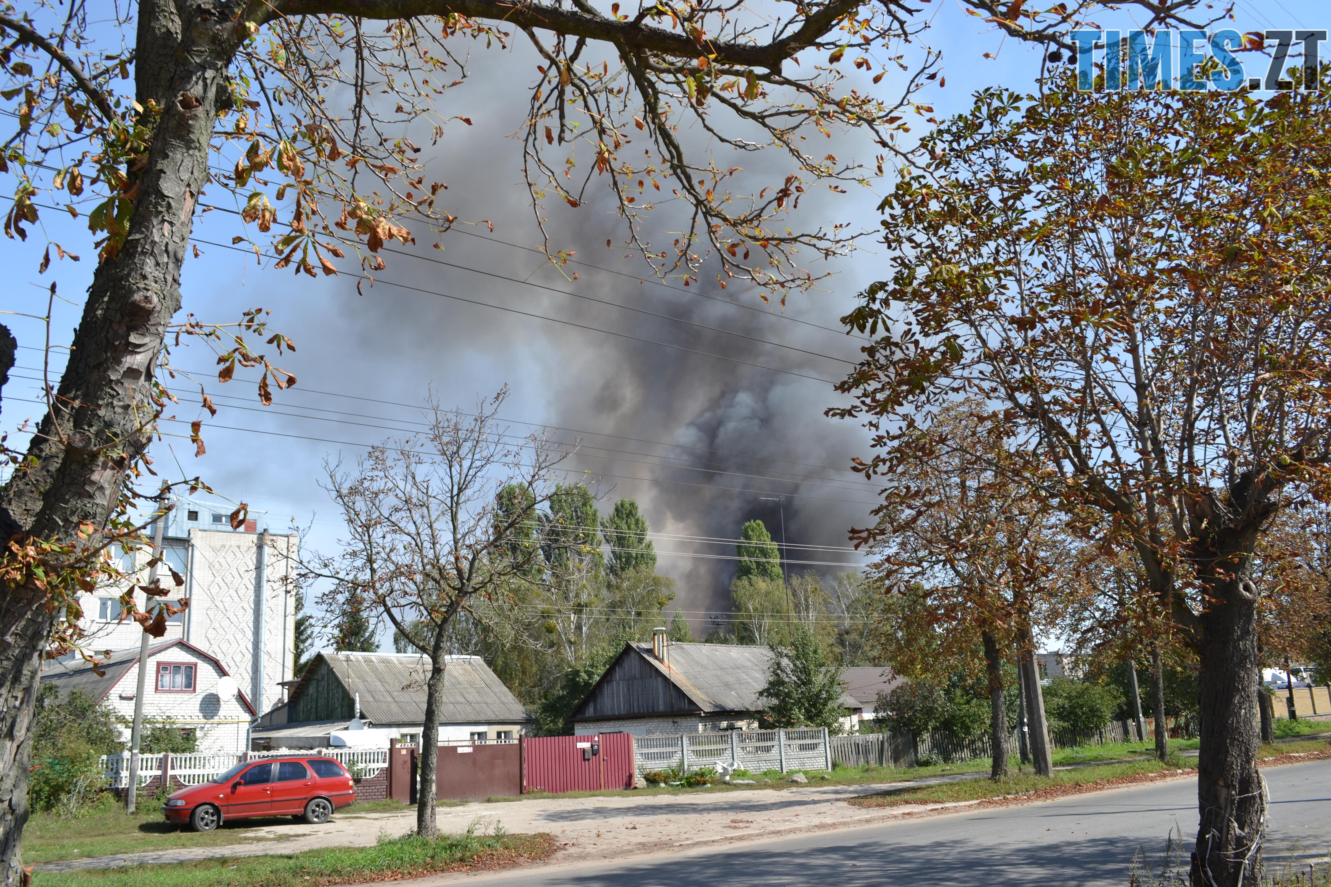 DSC 2884 - Вогонь перекинувся на адмінбудівлю Картонного комбінату: пожежу гасять 11 автомобілів та 63 пожежники (ФОТО, ВІДЕО)