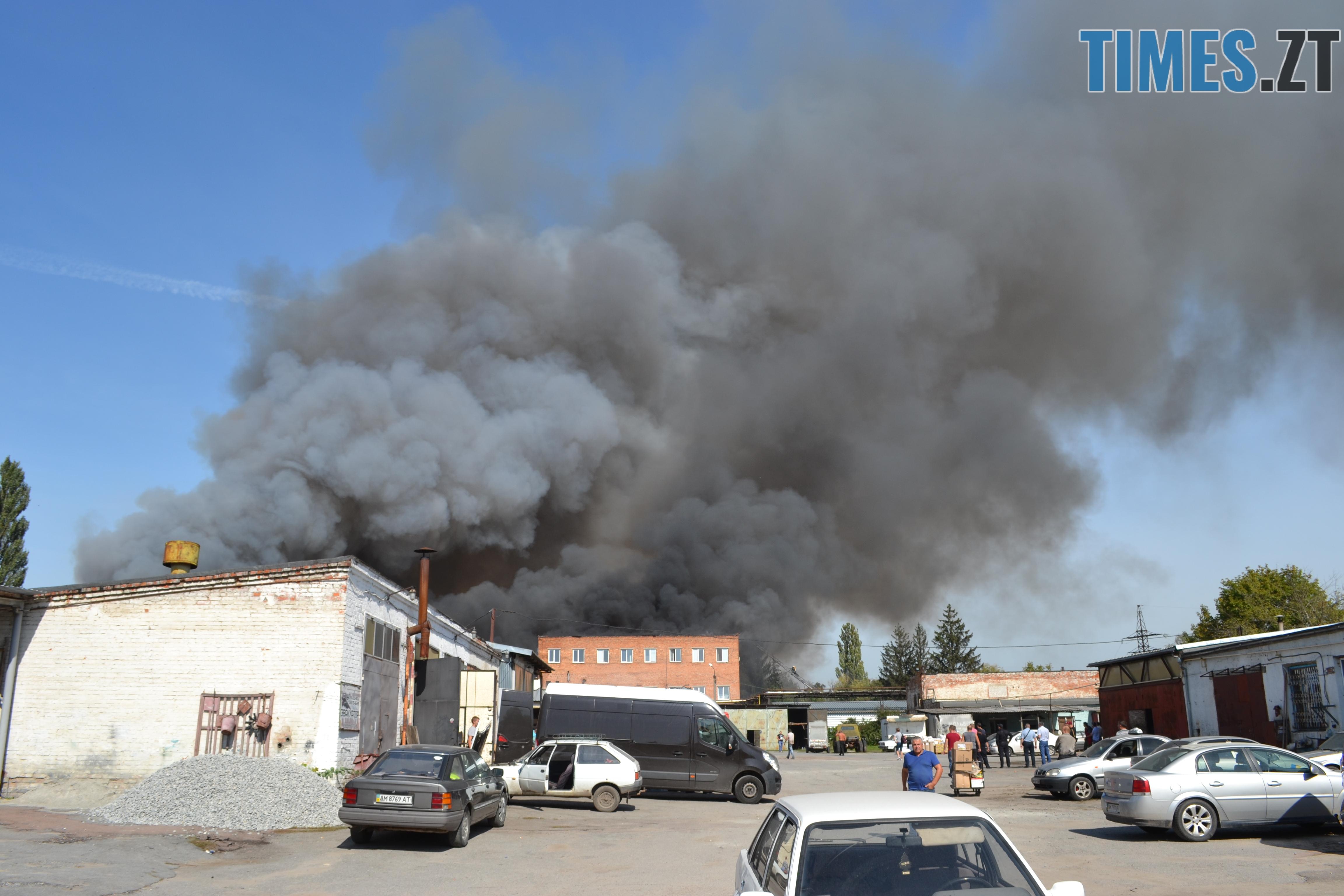 DSC 2889 - Вогонь перекинувся на адмінбудівлю Картонного комбінату: пожежу гасять 11 автомобілів та 63 пожежники (ФОТО, ВІДЕО)