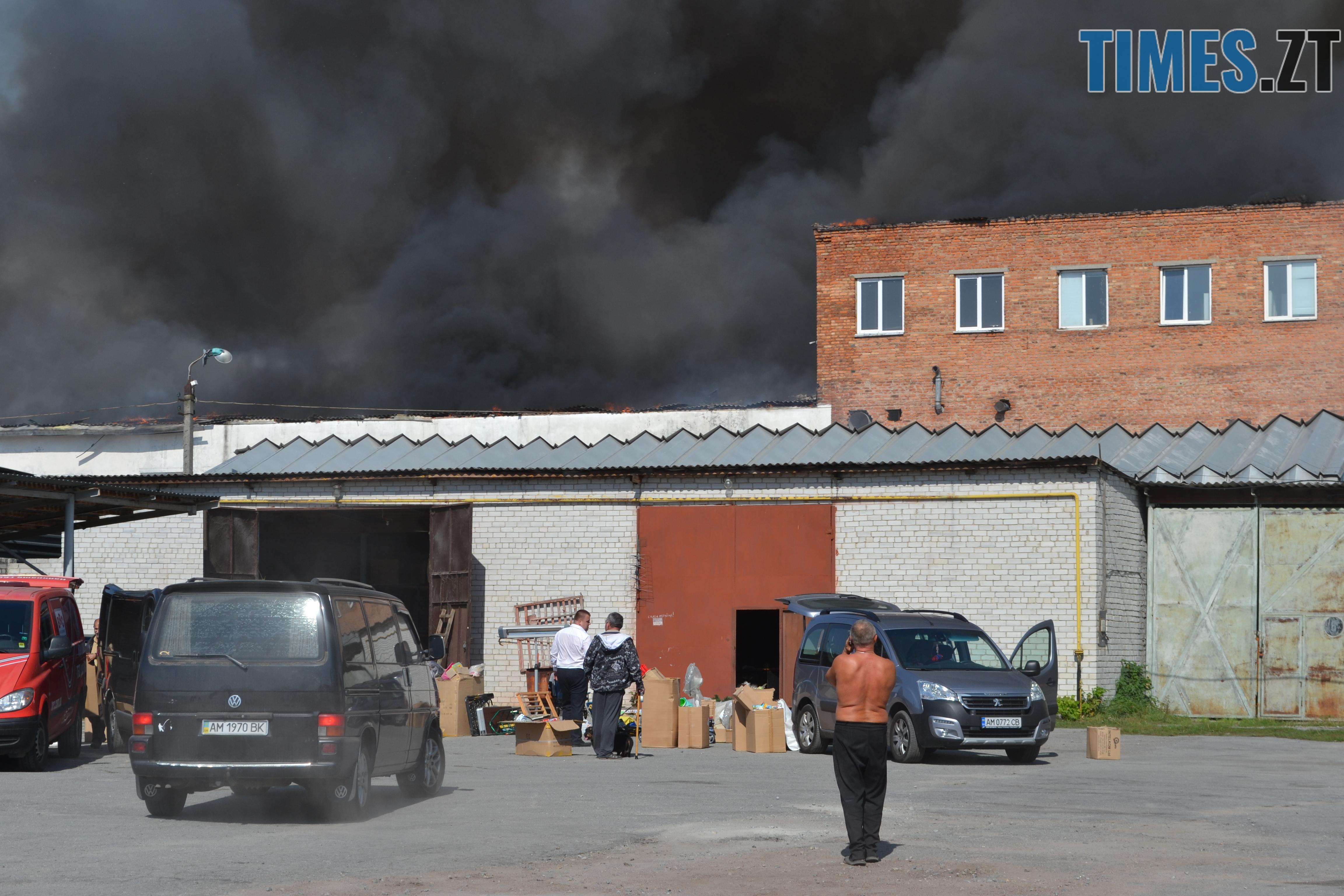 DSC 2891 - Вогонь перекинувся на адмінбудівлю Картонного комбінату: пожежу гасять 11 автомобілів та 63 пожежники (ФОТО, ВІДЕО)