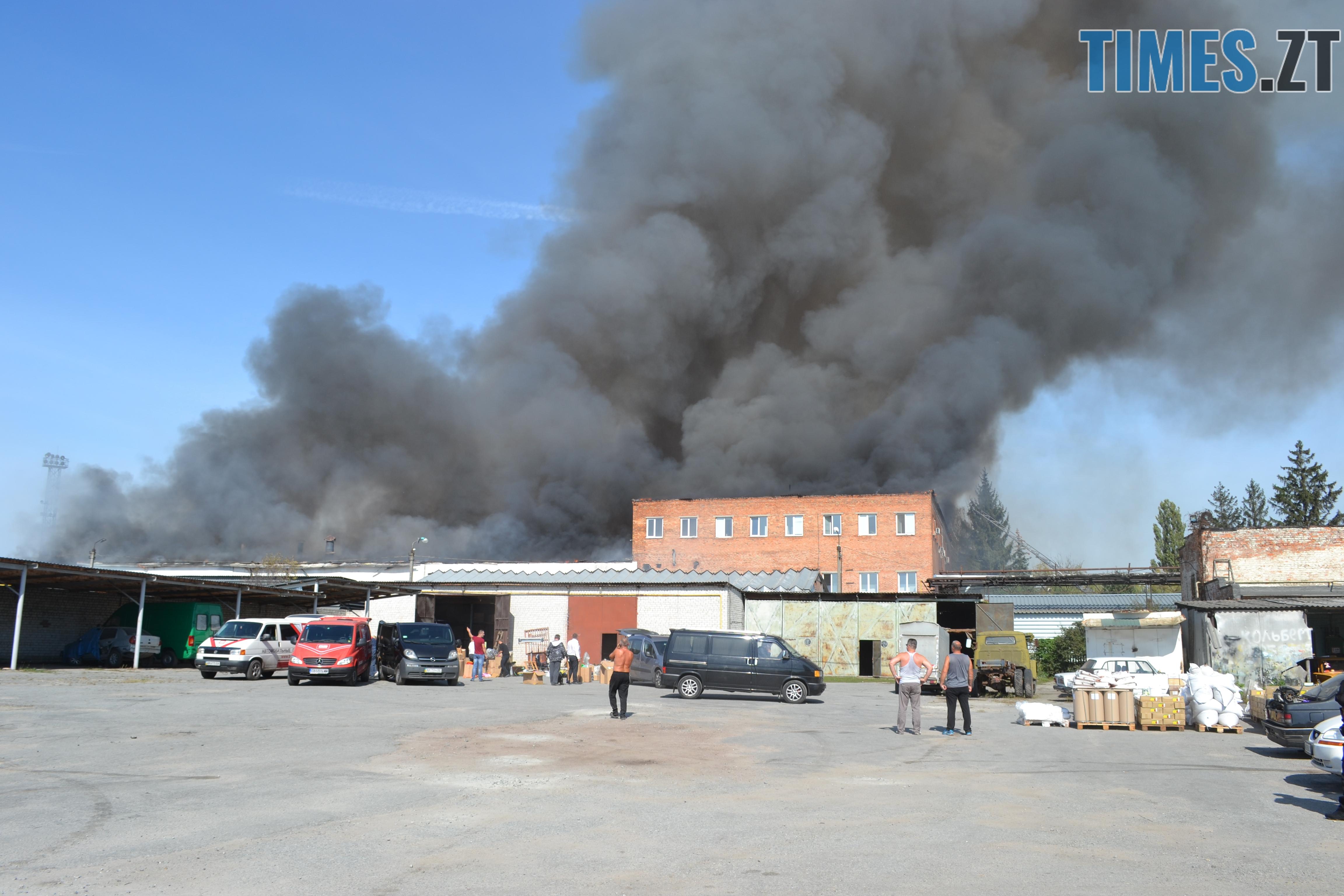 DSC 2892 - Вогонь перекинувся на адмінбудівлю Картонного комбінату: пожежу гасять 11 автомобілів та 63 пожежники (ФОТО, ВІДЕО)