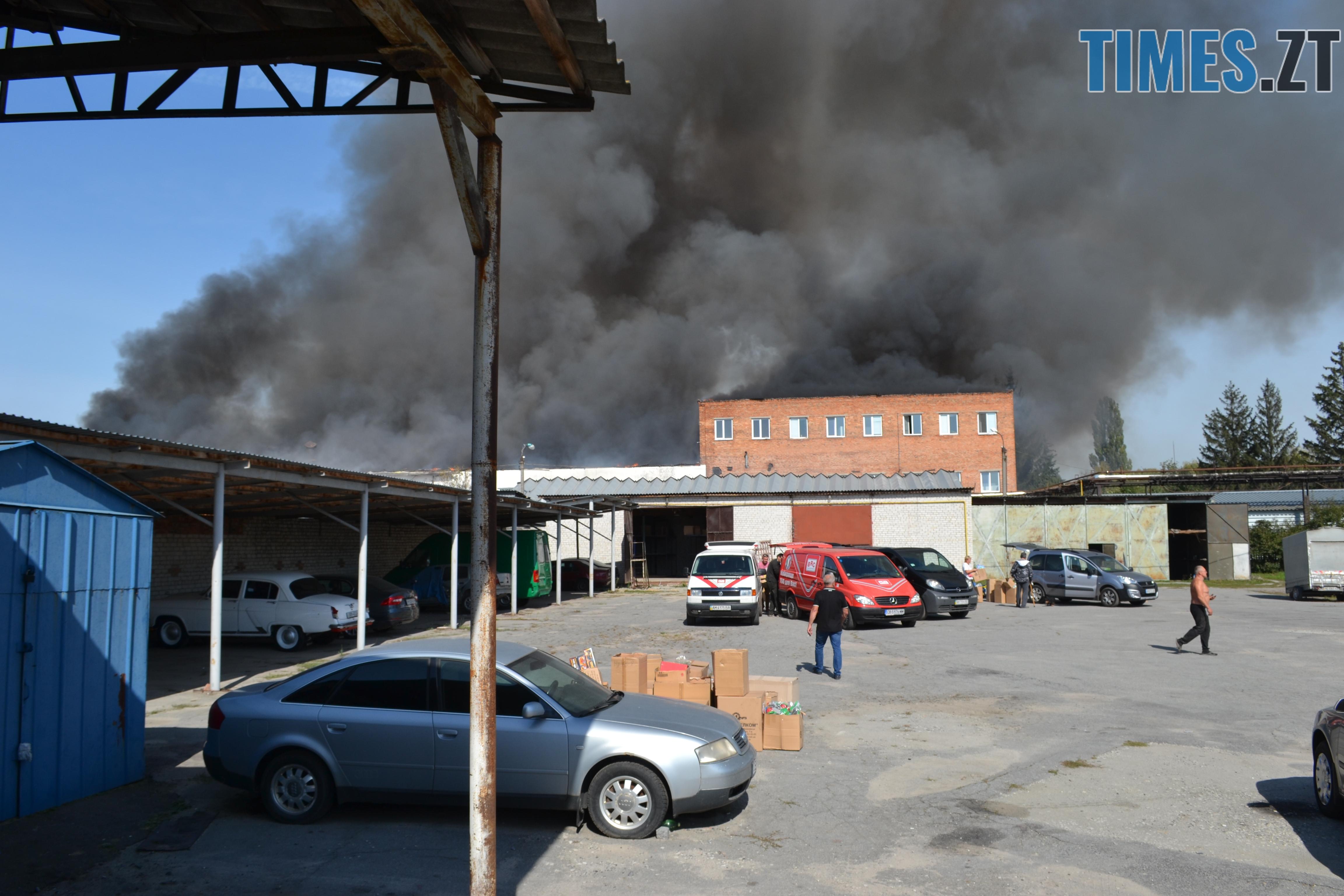 DSC 2894 - Вогонь перекинувся на адмінбудівлю Картонного комбінату: пожежу гасять 11 автомобілів та 63 пожежники (ФОТО, ВІДЕО)