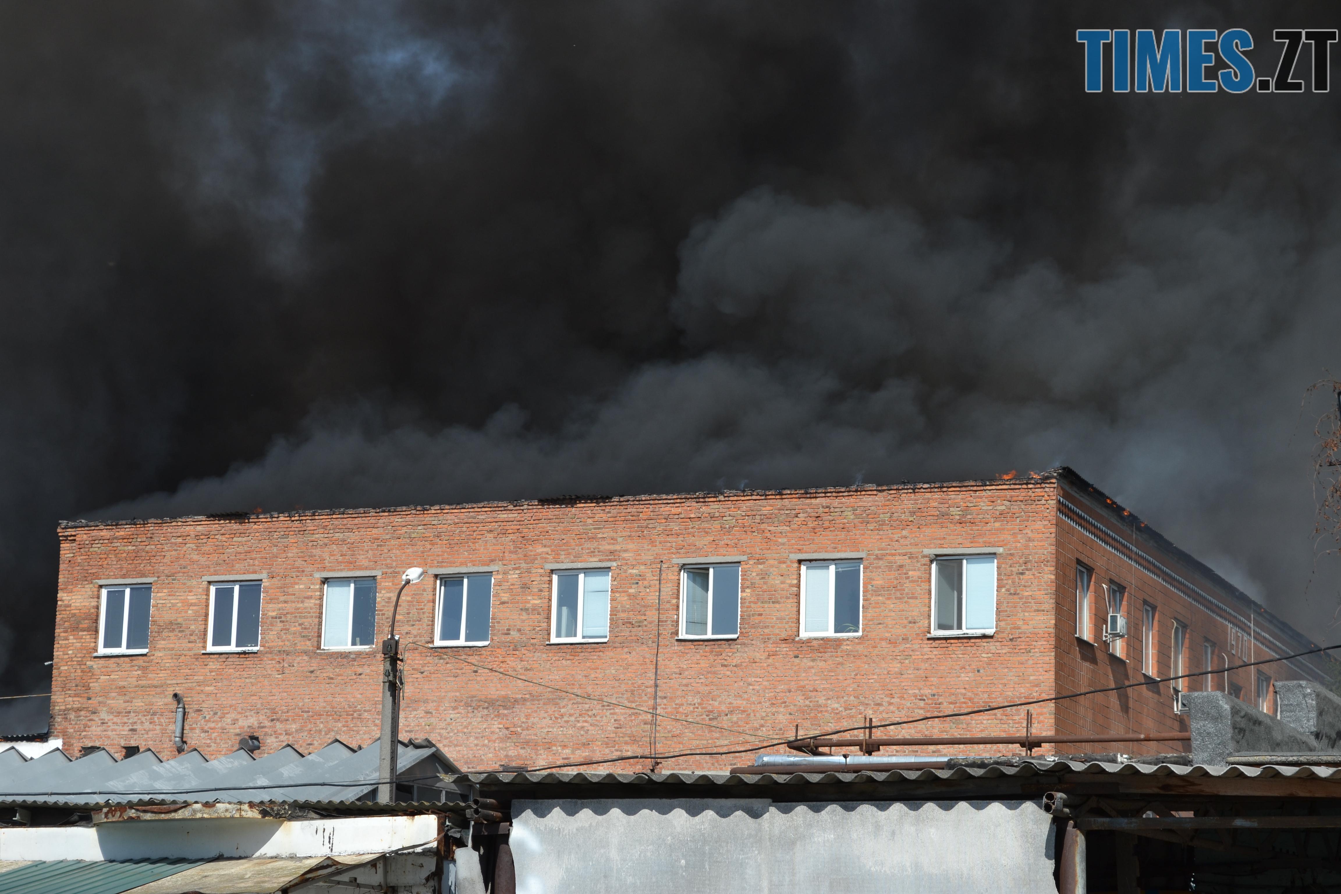 DSC 2897 - Вогонь перекинувся на адмінбудівлю Картонного комбінату: пожежу гасять 11 автомобілів та 63 пожежники (ФОТО, ВІДЕО)