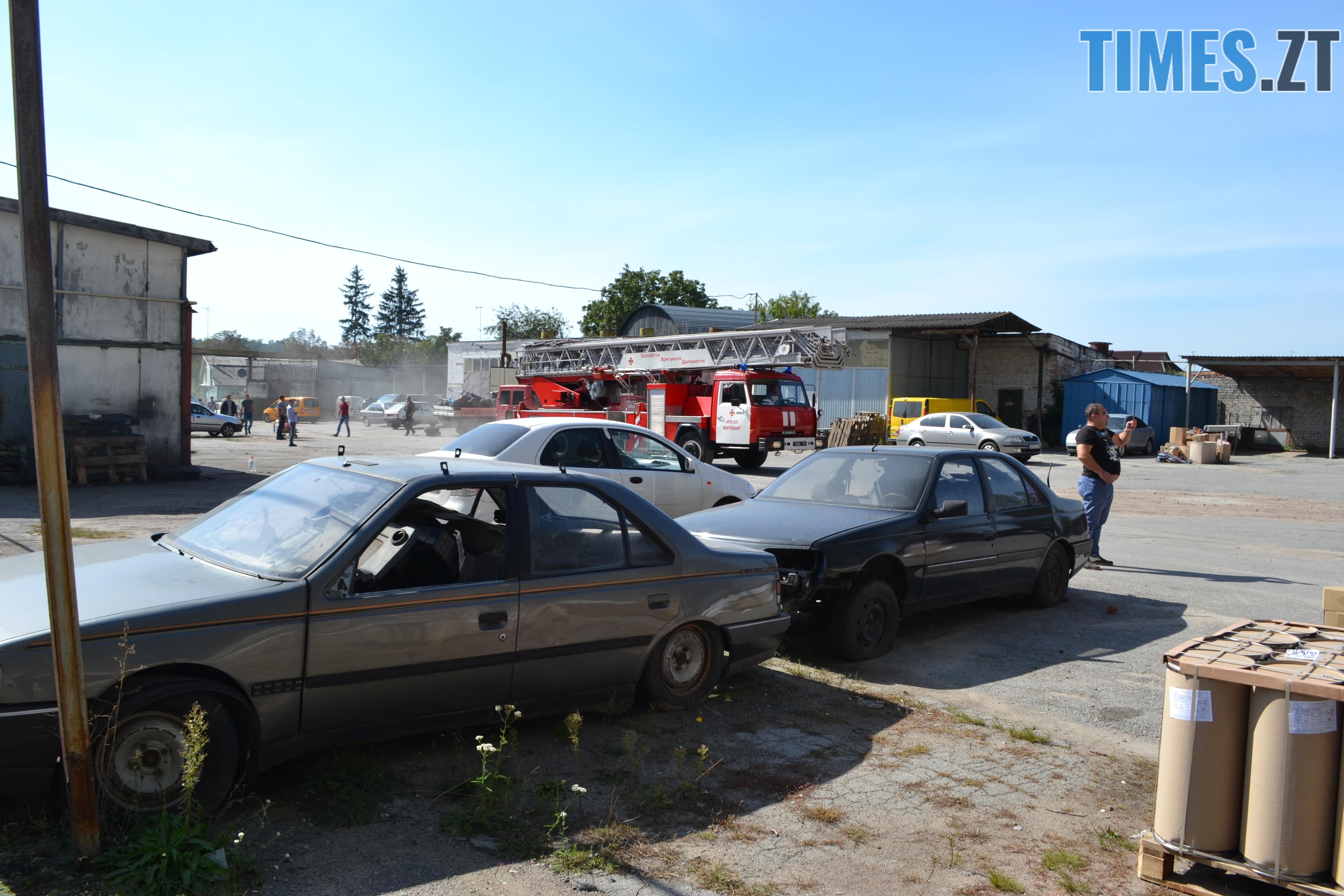 DSC 2901 - Вогонь перекинувся на адмінбудівлю Картонного комбінату: пожежу гасять 11 автомобілів та 63 пожежники (ФОТО, ВІДЕО)