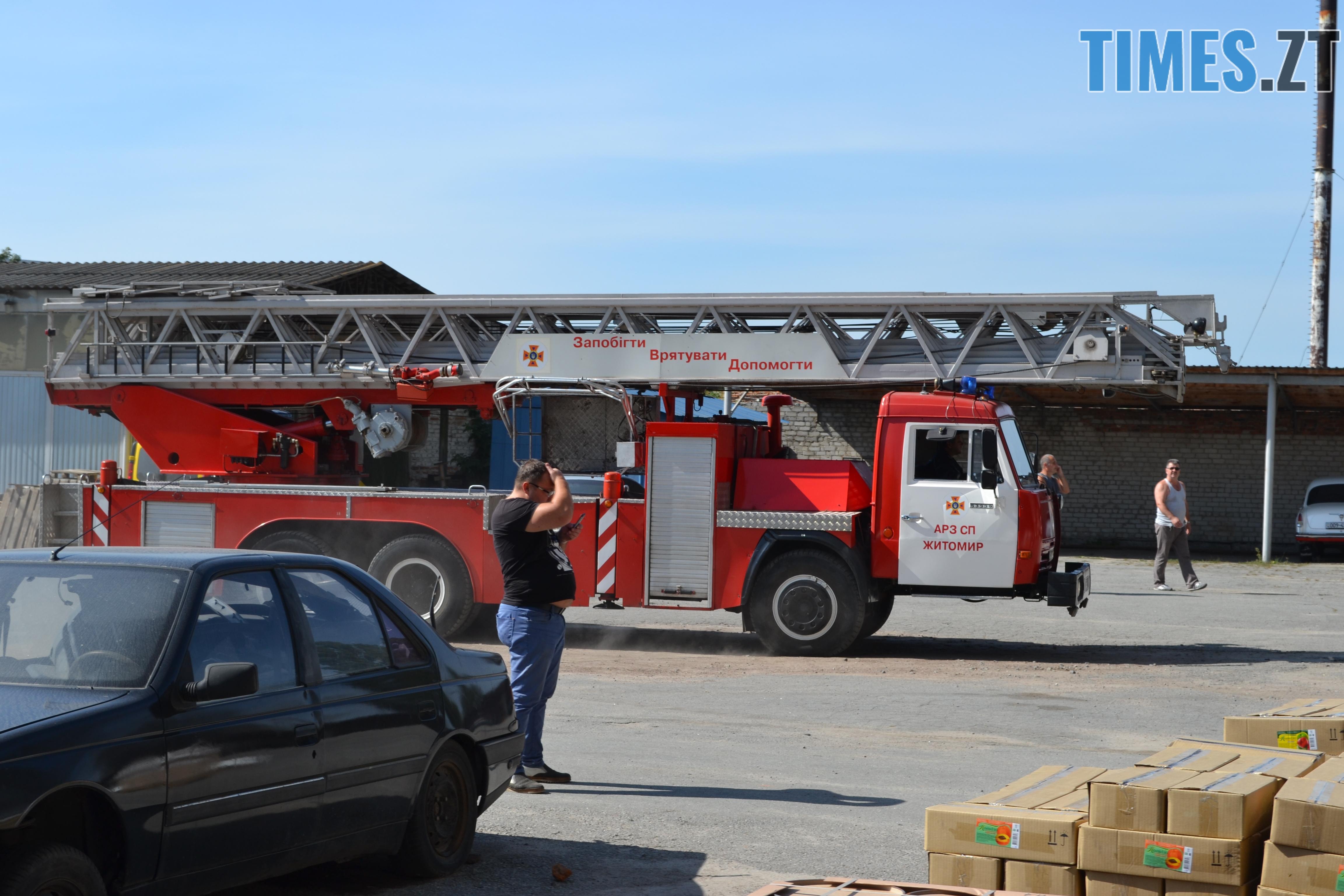 DSC 2902 - Вогонь перекинувся на адмінбудівлю Картонного комбінату: пожежу гасять 11 автомобілів та 63 пожежники (ФОТО, ВІДЕО)