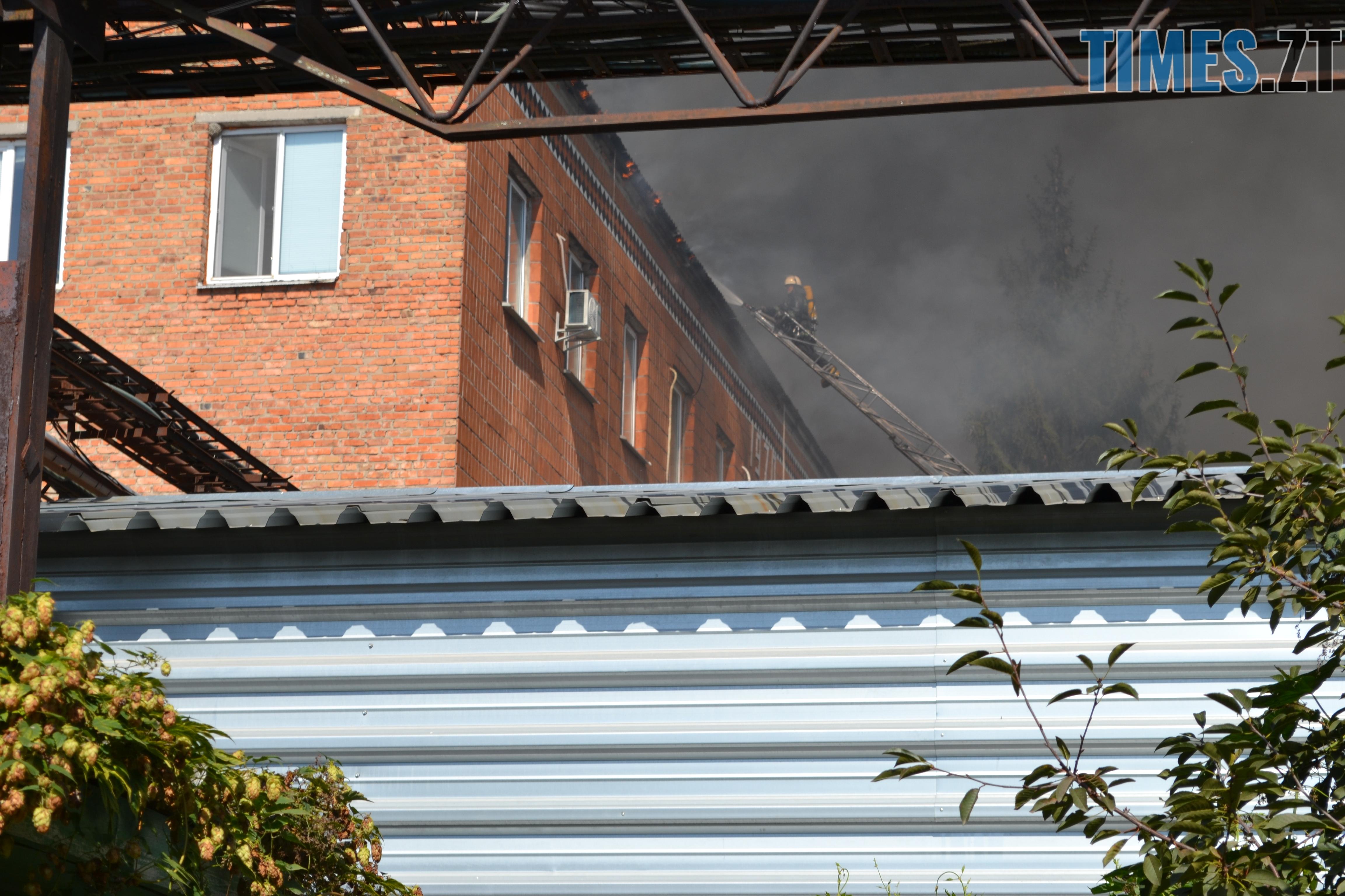 DSC 2911 - Вогонь перекинувся на адмінбудівлю Картонного комбінату: пожежу гасять 11 автомобілів та 63 пожежники (ФОТО, ВІДЕО)