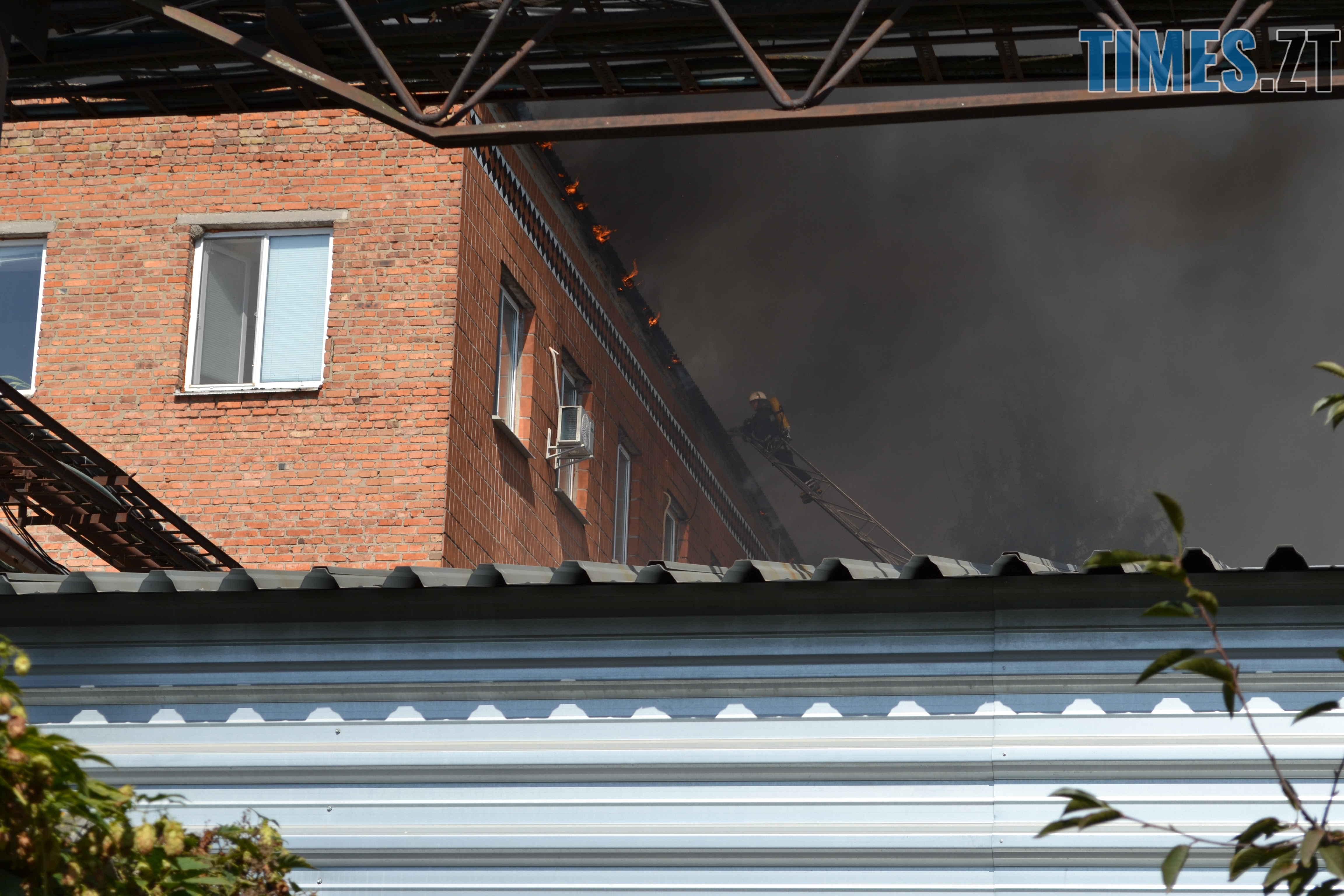 DSC 2914 - Вогонь перекинувся на адмінбудівлю Картонного комбінату: пожежу гасять 11 автомобілів та 63 пожежники (ФОТО, ВІДЕО)