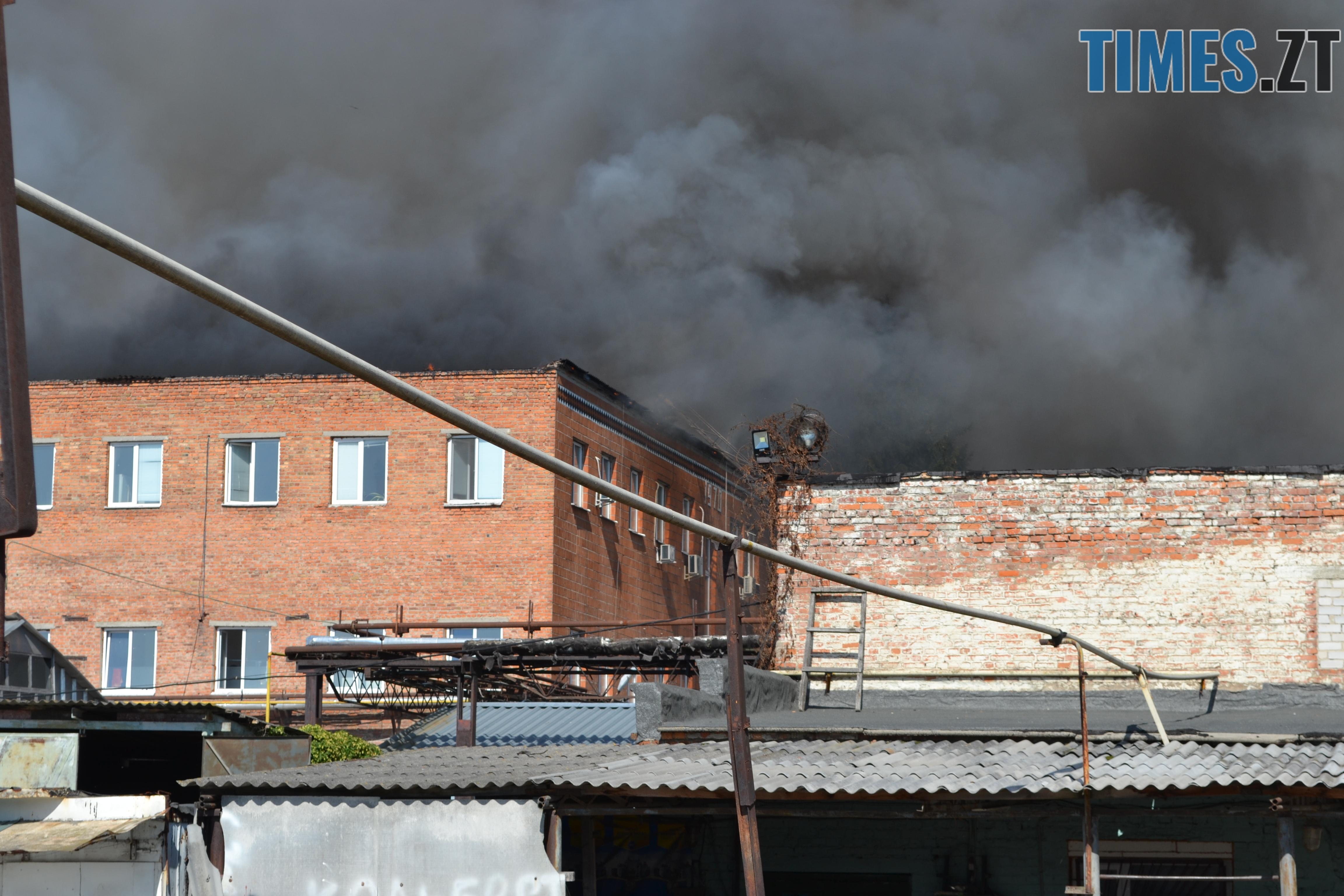 DSC 2917 - Вогонь перекинувся на адмінбудівлю Картонного комбінату: пожежу гасять 11 автомобілів та 63 пожежники (ФОТО, ВІДЕО)