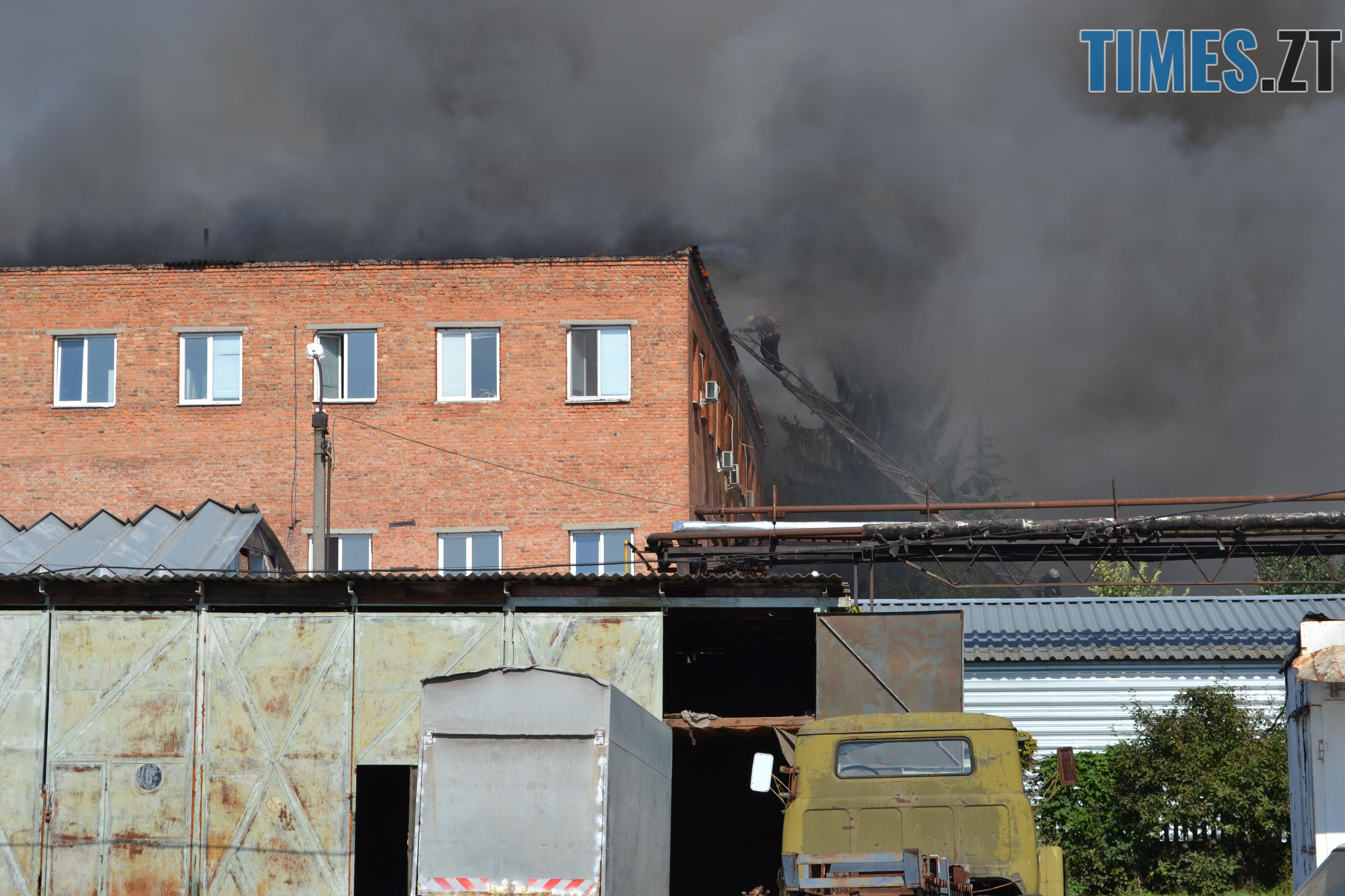 DSC 2923 - Вогонь перекинувся на адмінбудівлю Картонного комбінату: пожежу гасять 11 автомобілів та 63 пожежники (ФОТО, ВІДЕО)