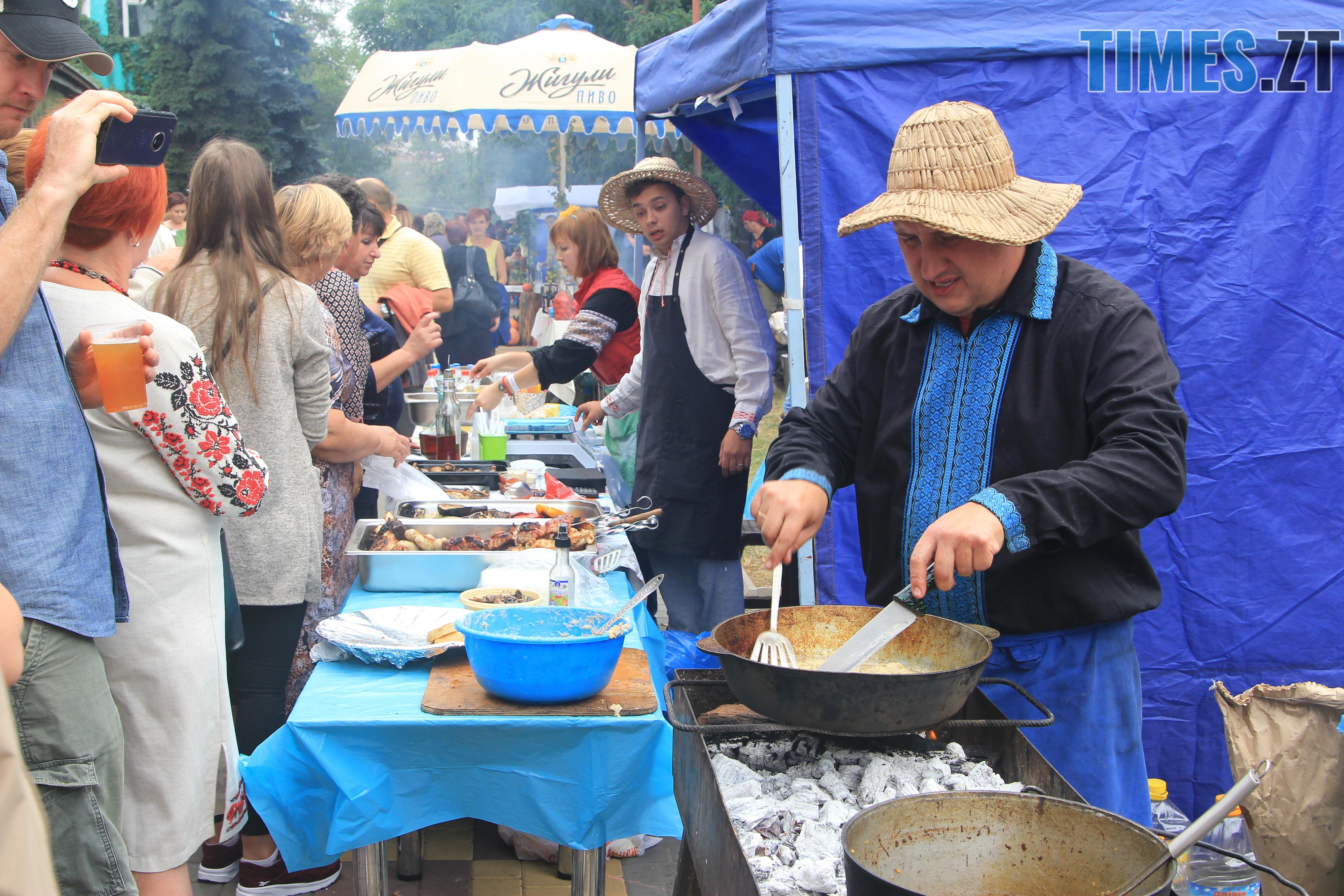IMG 7660 - Десятий фестиваль дерунів: насмажили чимало, показали найбільшого в країні і побили ним всі рекорди (ФОТОРЕПОРТАЖ)