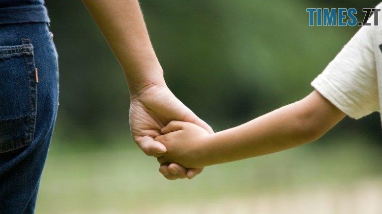 Mom Kid Holding Hands 800x533 1 - Чим небезпечне поширення фейкових «страшилок» у соцмережах: під їх впливом дитина вигадала історію про спробу викрадення