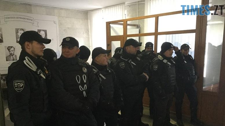 .jpg - Житомирські активісти проривалися на сесію обласної ради через кордон поліції