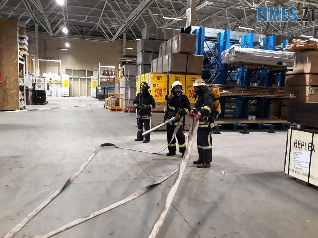 20181026 102914 1024x768 - Евакуація та 7 пожежних автомобілів: у Житомирі «гасили пожежу» у супермаркеті будівельних матеріалів